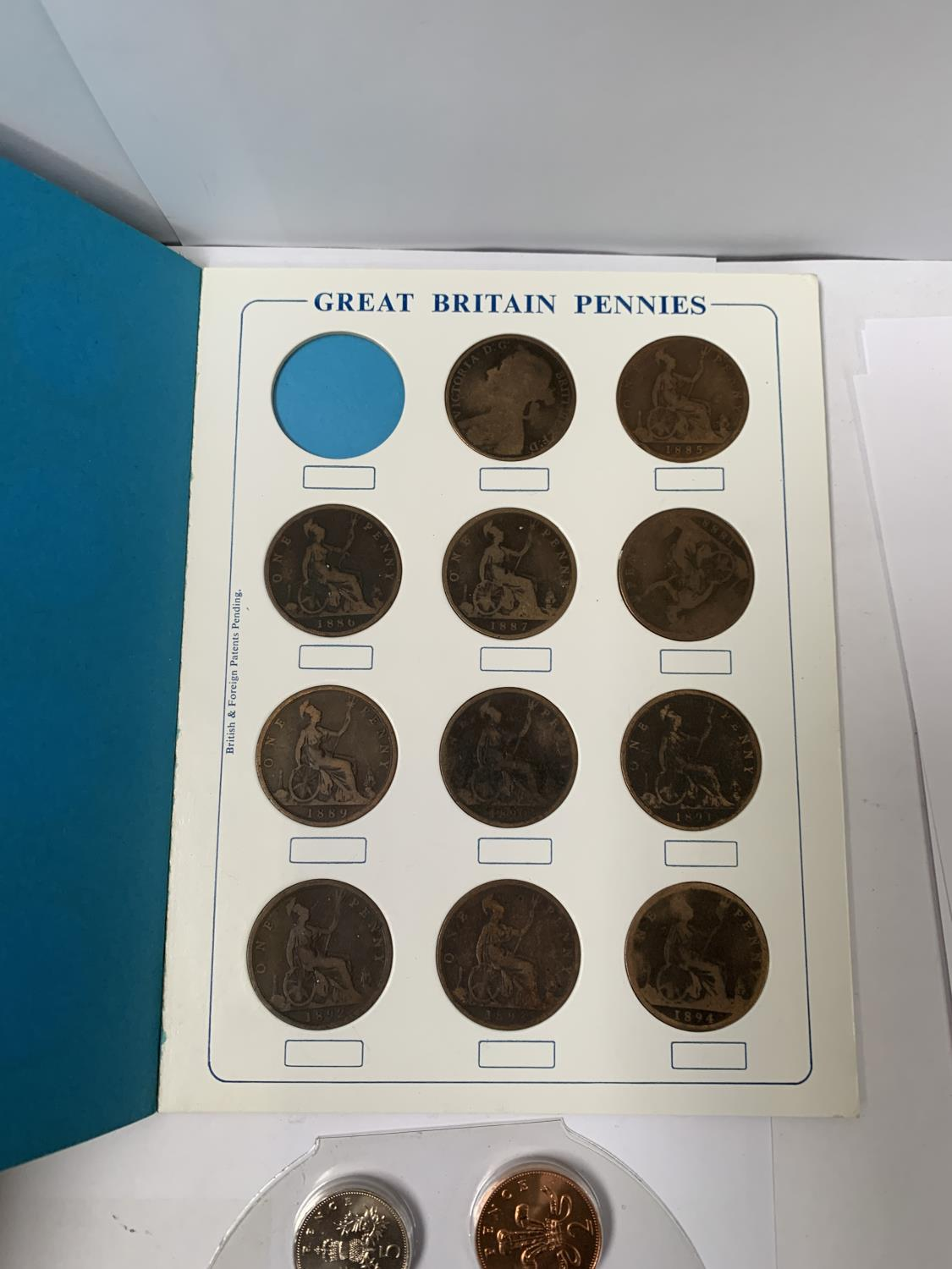 Lot 1103 - A SANDHILL COIN FOLDER PENNIES AND HALF PENNIES BOOKLET TOGETHER WITH A COLLECTION OF BRITISH COINS