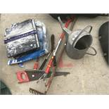 A MIXED LOT TO INCLUDE A GALVANISED WATERING CAN, MIXED TOOLS AND A TILE CUTTER