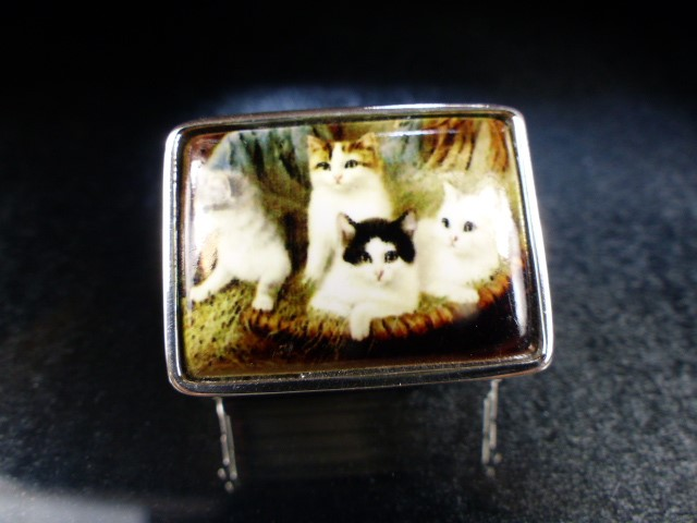 Silver pill box with enamel lid depicting cats - Image 2 of 4