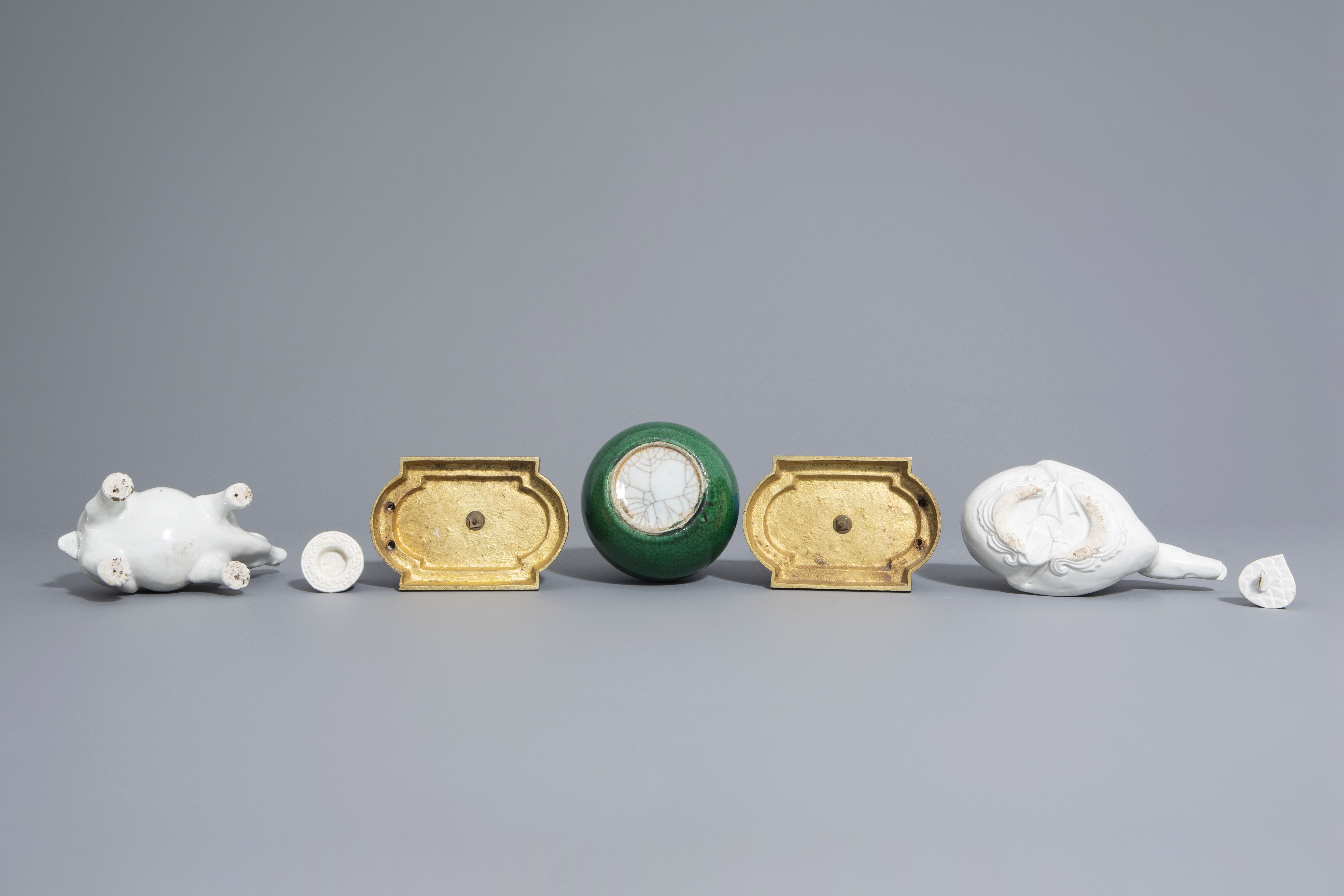 A Chinese monochrome green vase, 2 blanc de Chine teapots & a pair of polychrome birds, 19th/20th C - Image 7 of 7