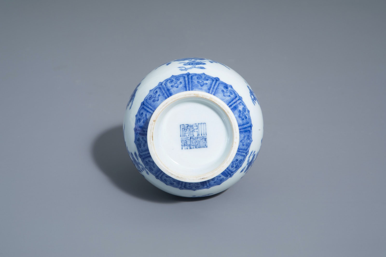 A Chinese blue and white garlic-head mouth vase with floral design, Qianlong mark, 20th C. - Image 7 of 7