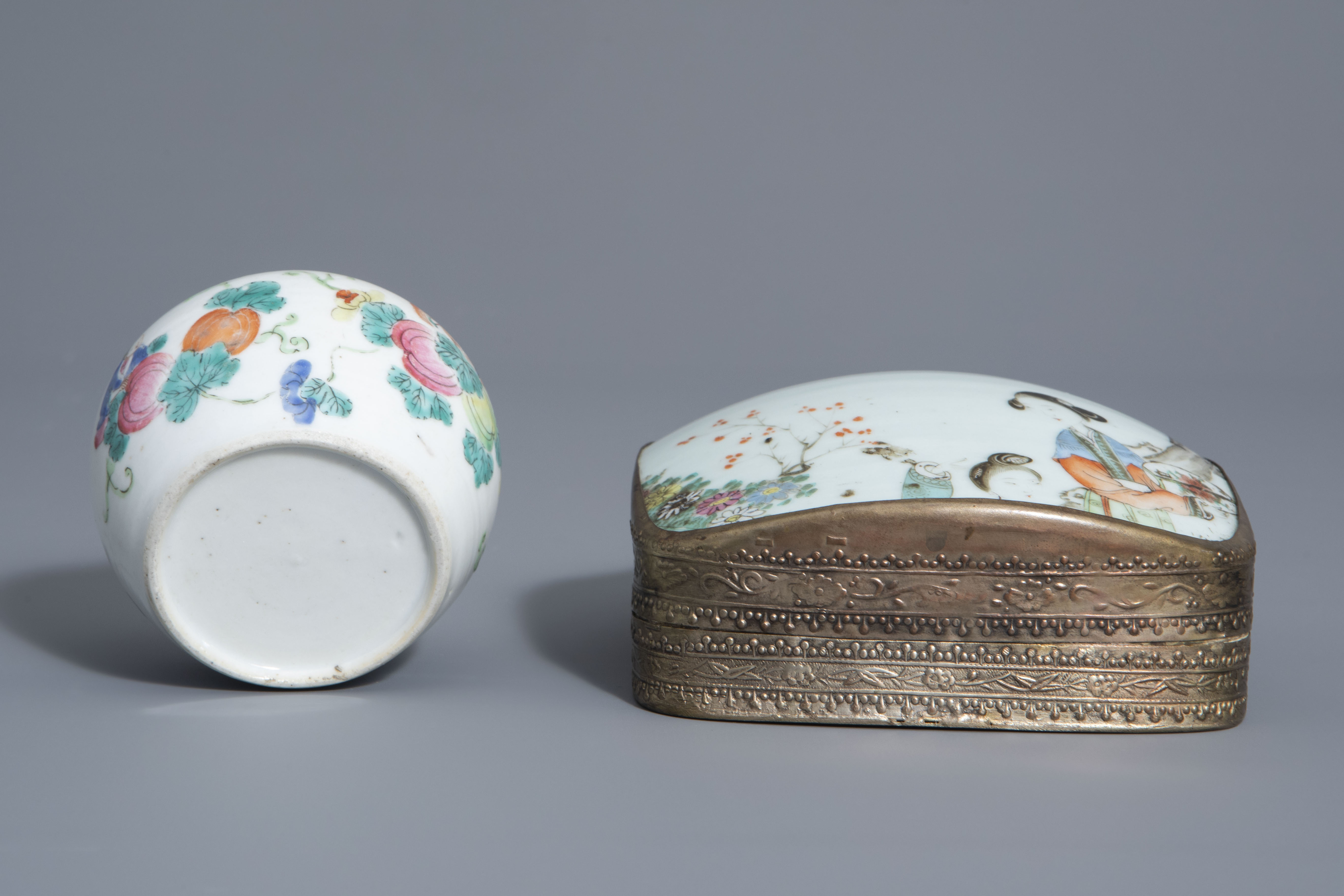 A varied collection of Chinese famille rose and blue and white porcelain, 19th/20th C. - Image 13 of 14