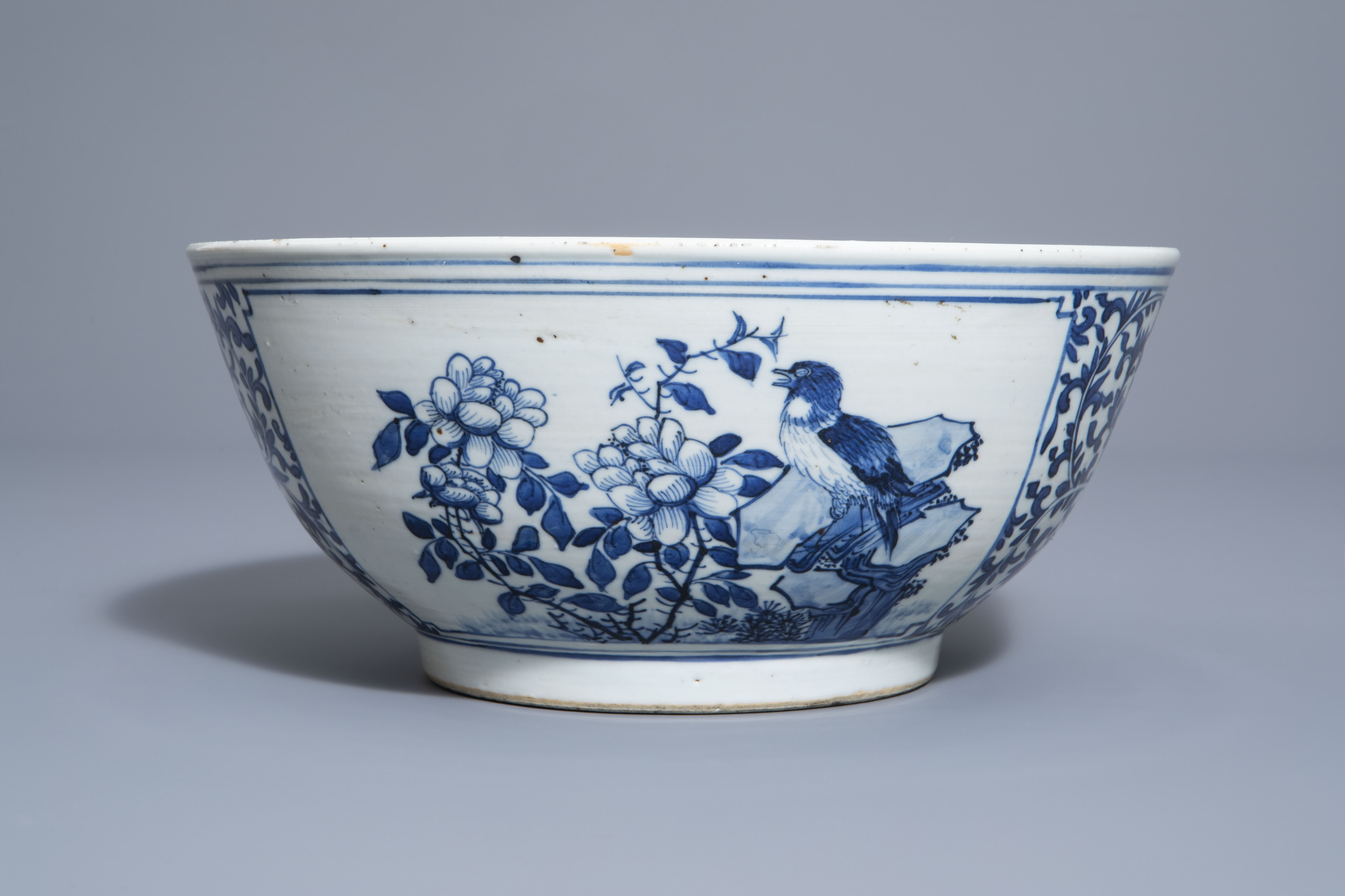 A Chinese blue and white bowl with birds and flowers, 19th C. - Image 4 of 7