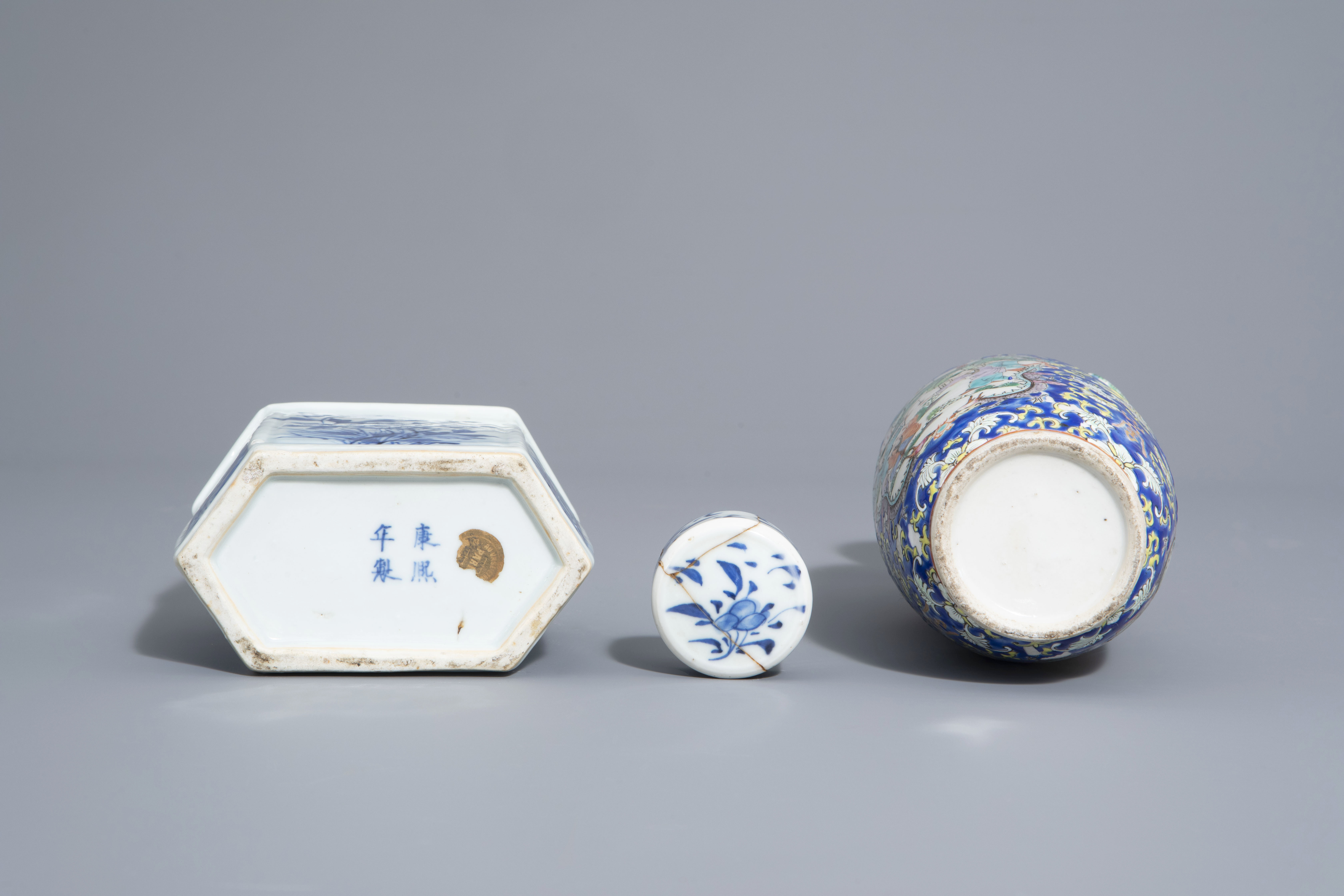 A varied collection of Chinese blue and white and famille rose porcelain, 19th/20th C. - Image 7 of 15