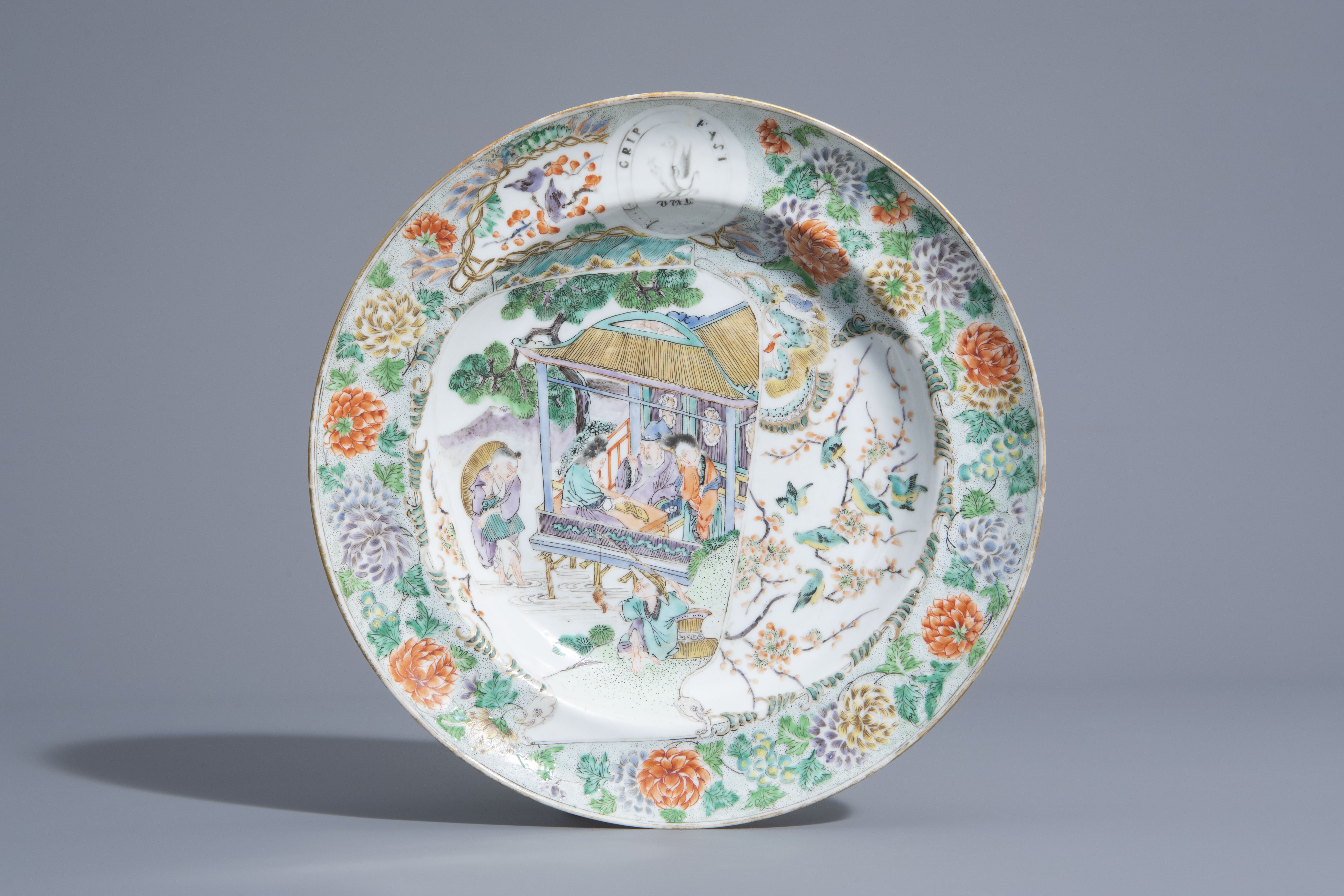 A Chinese Canton famille verte Scottish market armorial 'Leslie Clan' dish, 19th C.