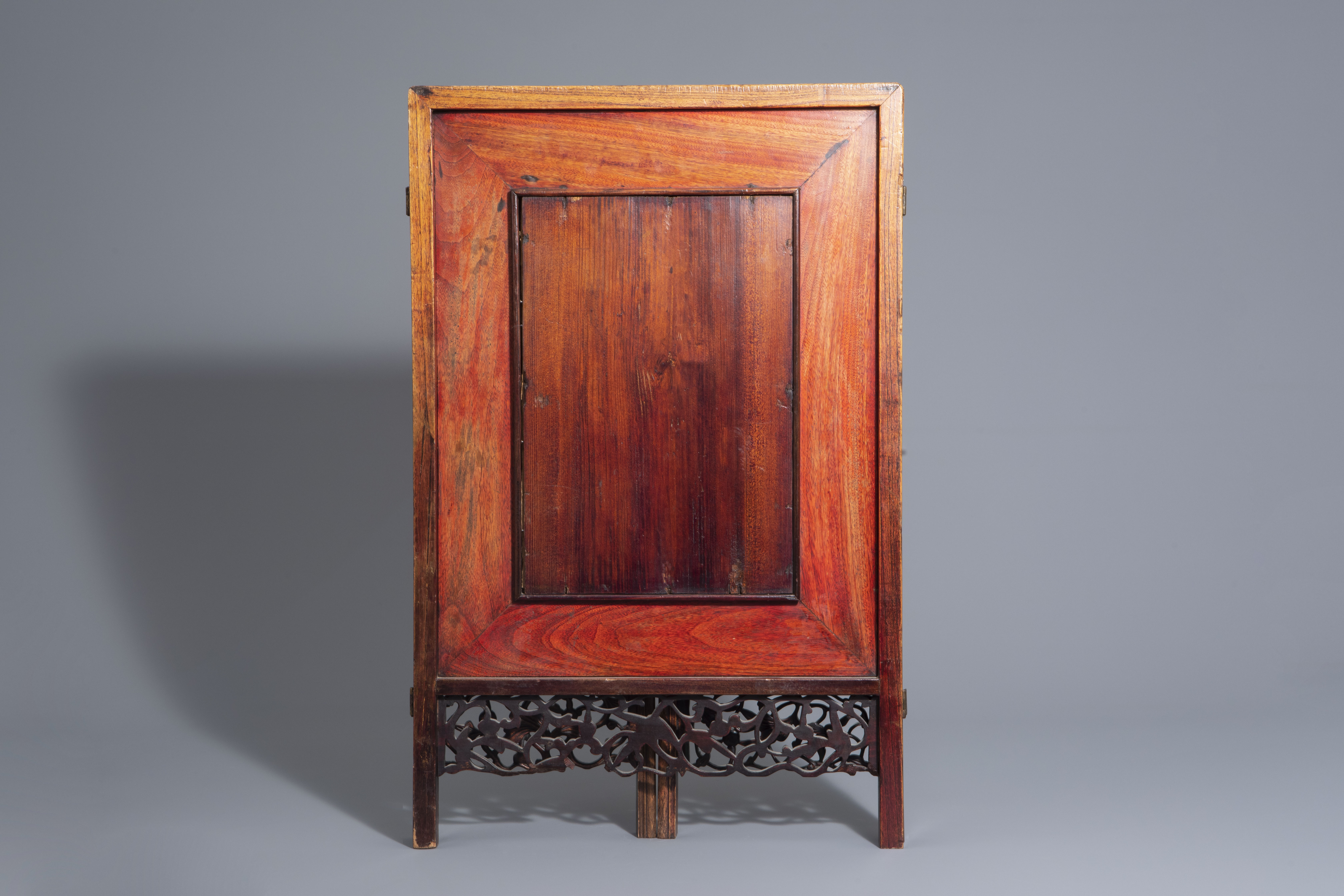 A Chinese threefold wooden screen with blue and white plaques, 19th/20th C. - Image 4 of 8