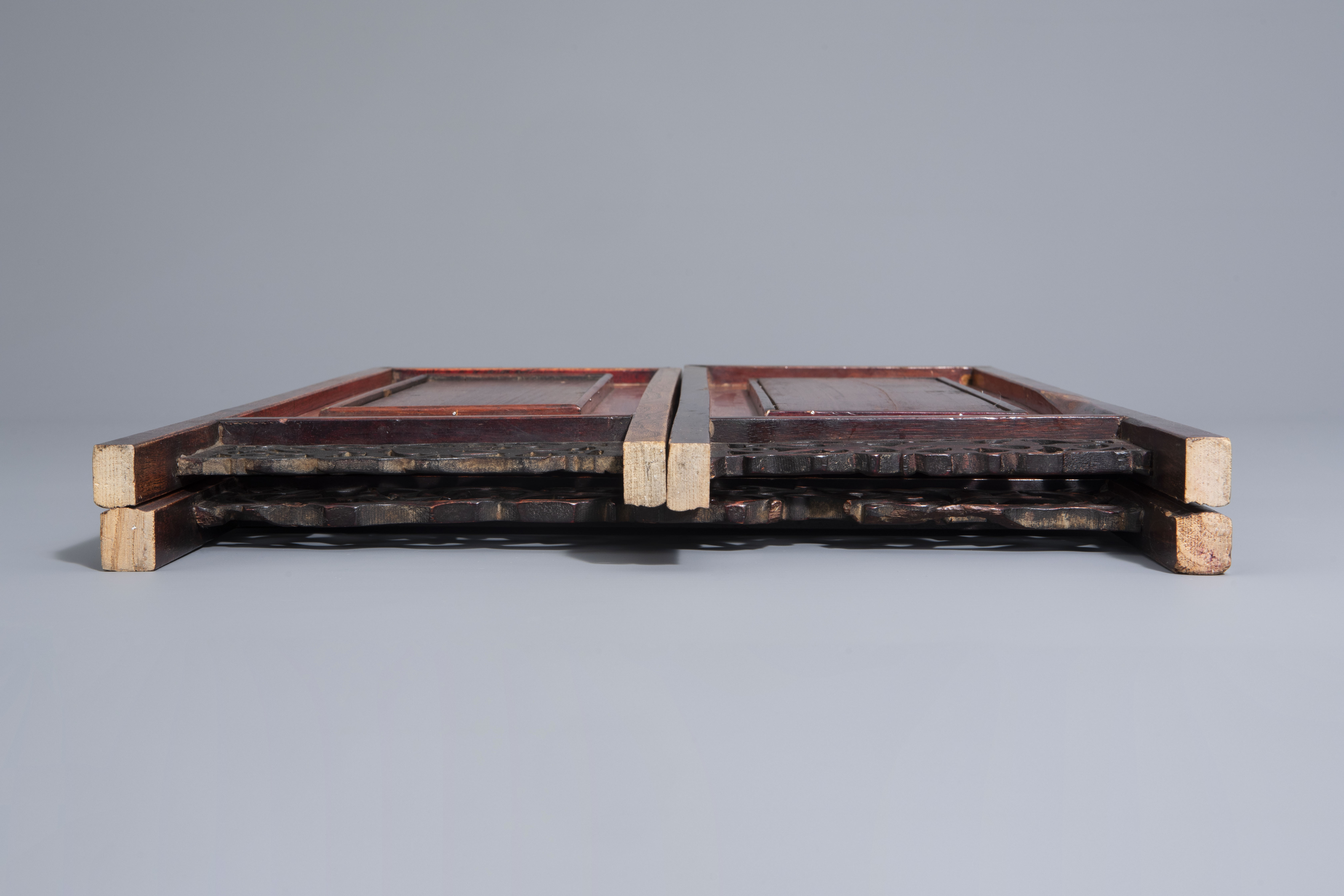 A Chinese threefold wooden screen with blue and white plaques, 19th/20th C. - Image 8 of 8