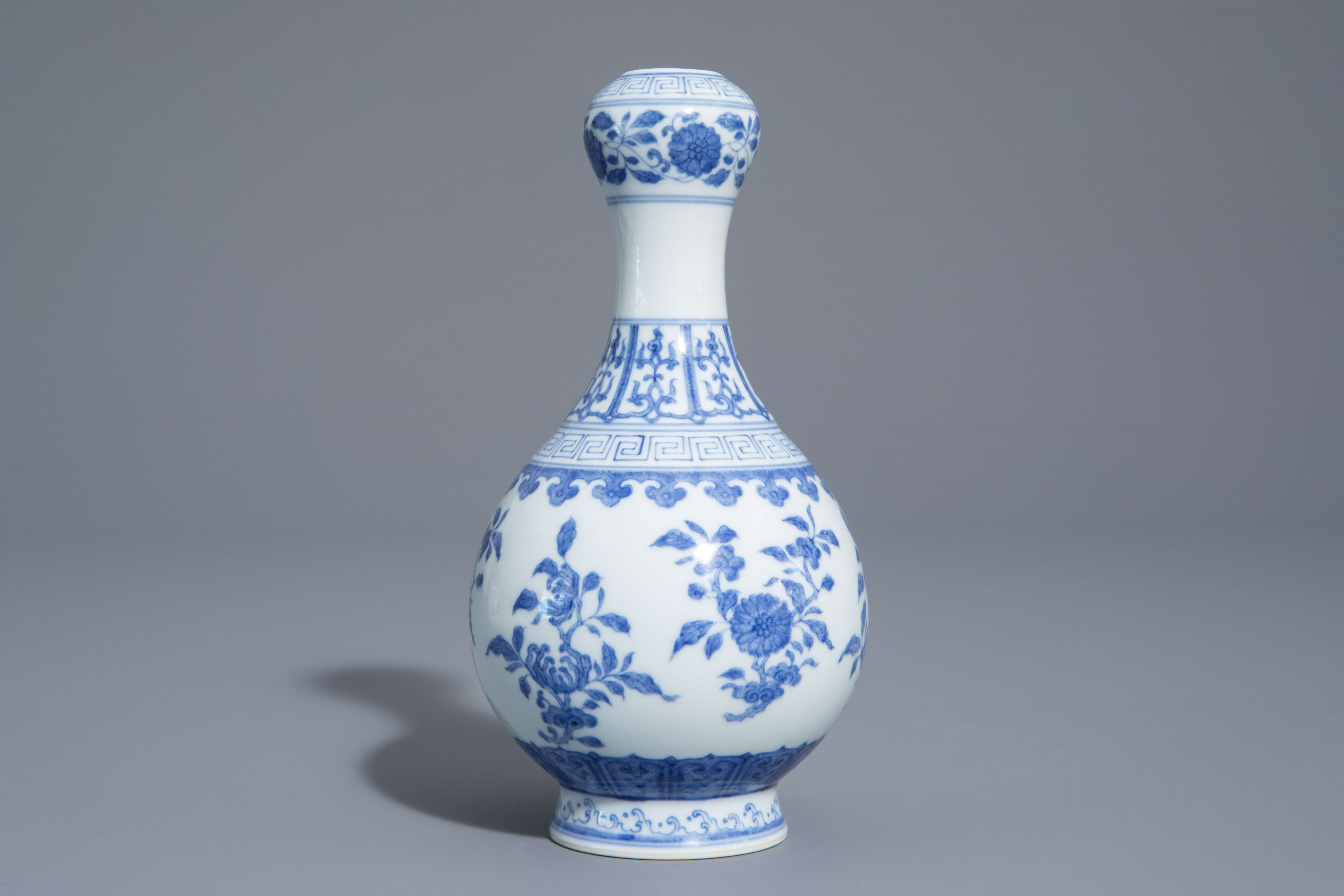 A Chinese blue and white garlic-head mouth vase with floral design, Qianlong mark, 20th C. - Image 5 of 7