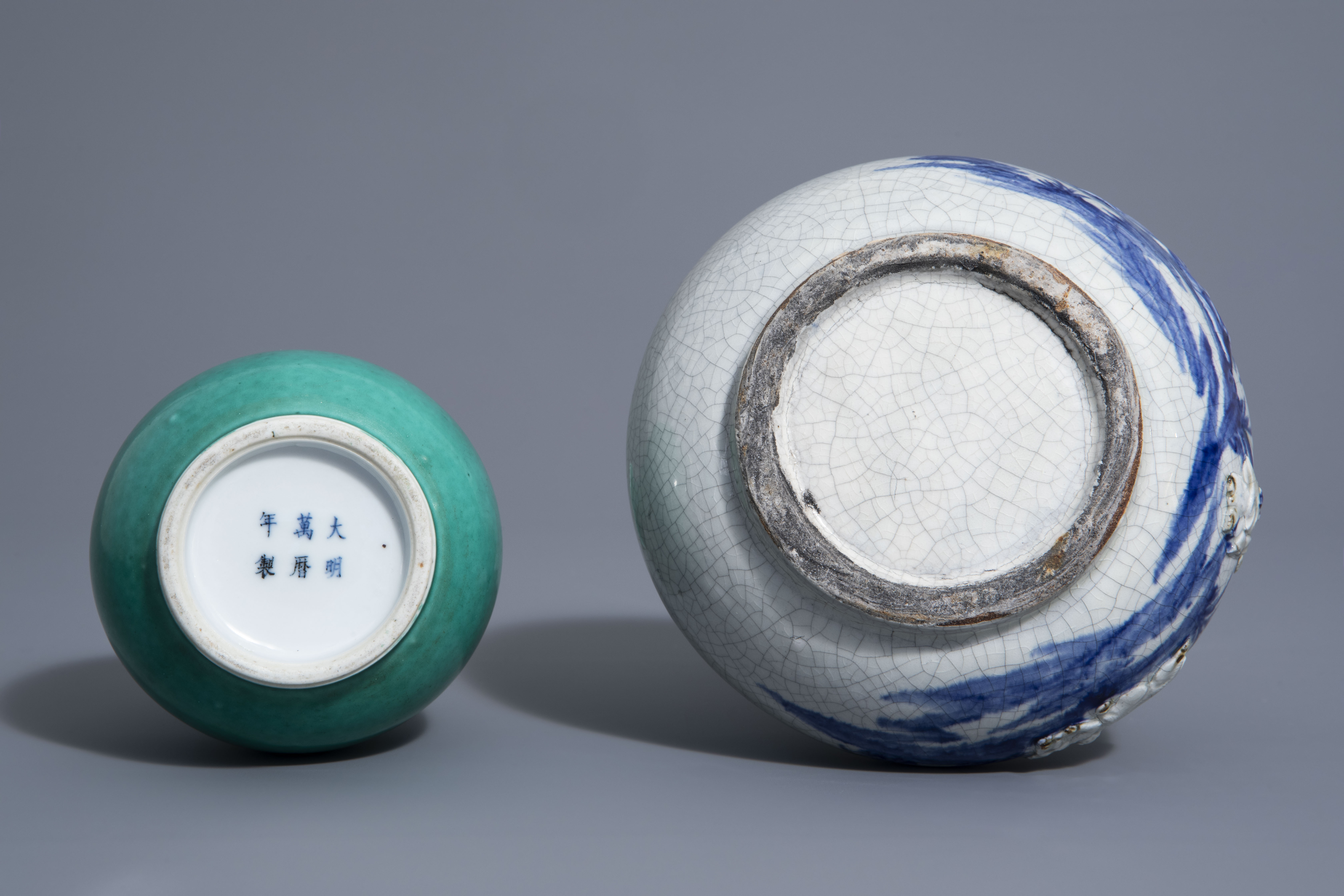 A Chinese blue & white crackle glazed vase, a monochrome green vase and a brushwasher, 19th/20th C. - Image 7 of 13