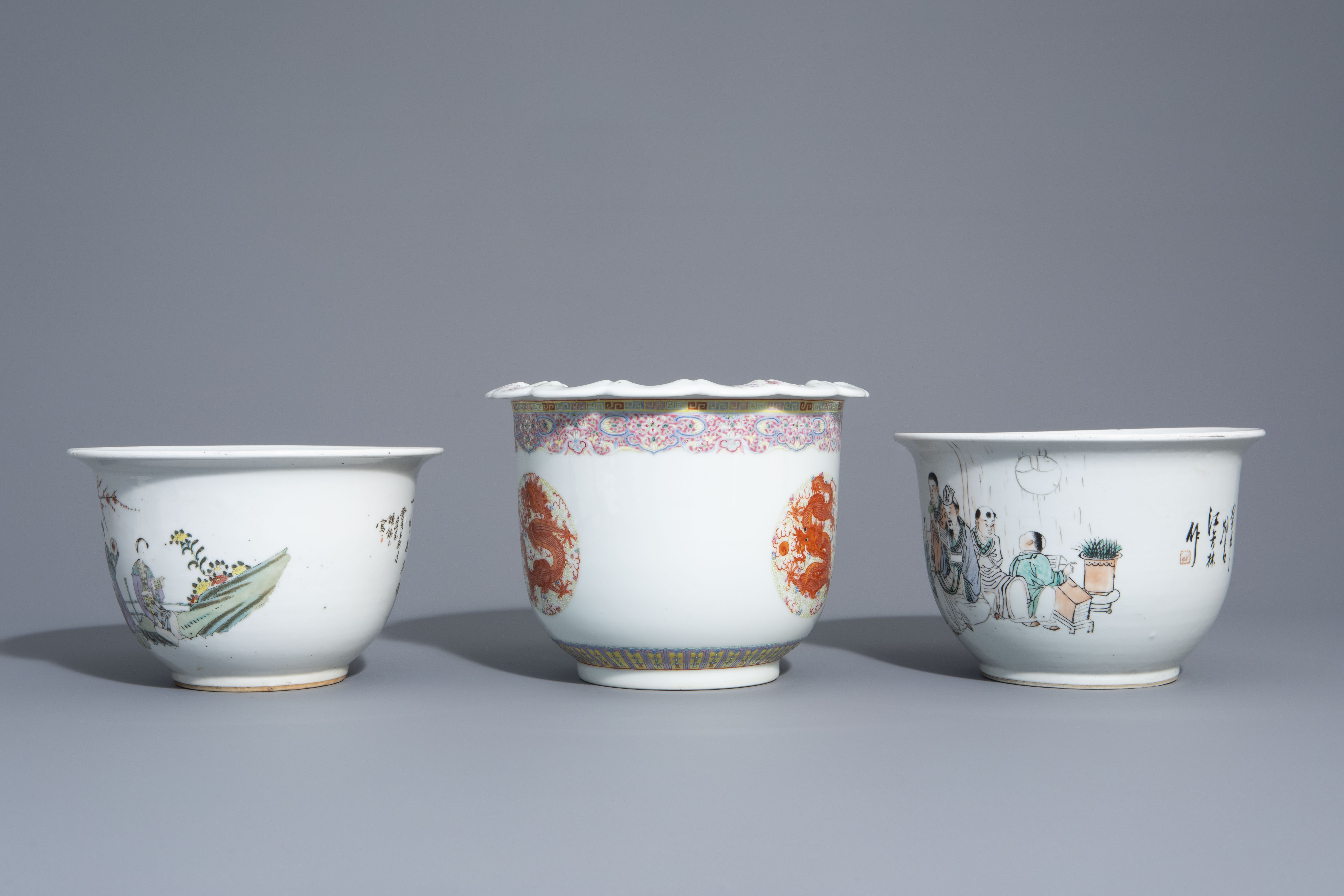 Three Chinese famille rose and qianjiang cai jardinires with different designs, 19th/20th C. - Image 5 of 7
