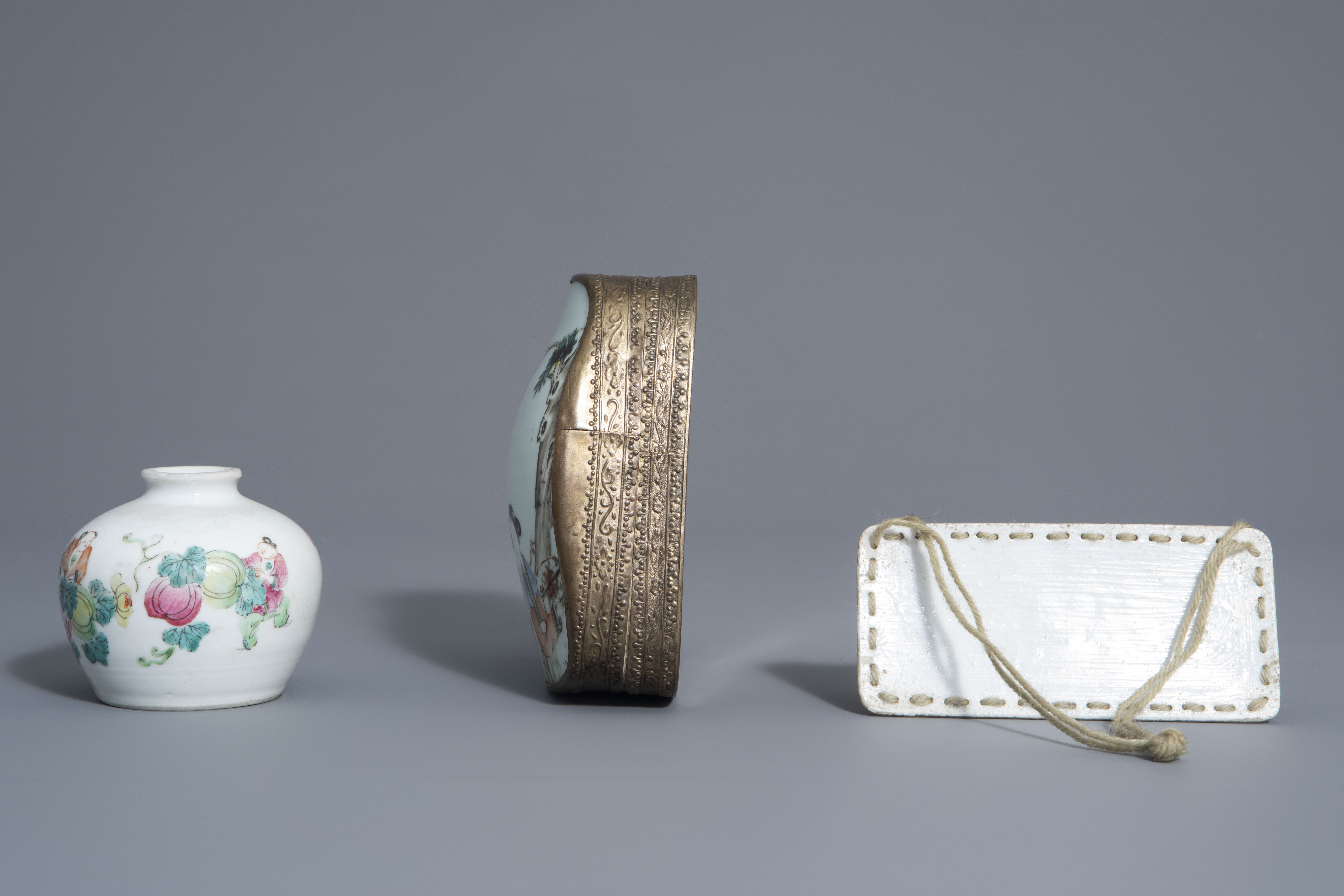 A varied collection of Chinese famille rose and blue and white porcelain, 19th/20th C. - Image 11 of 14