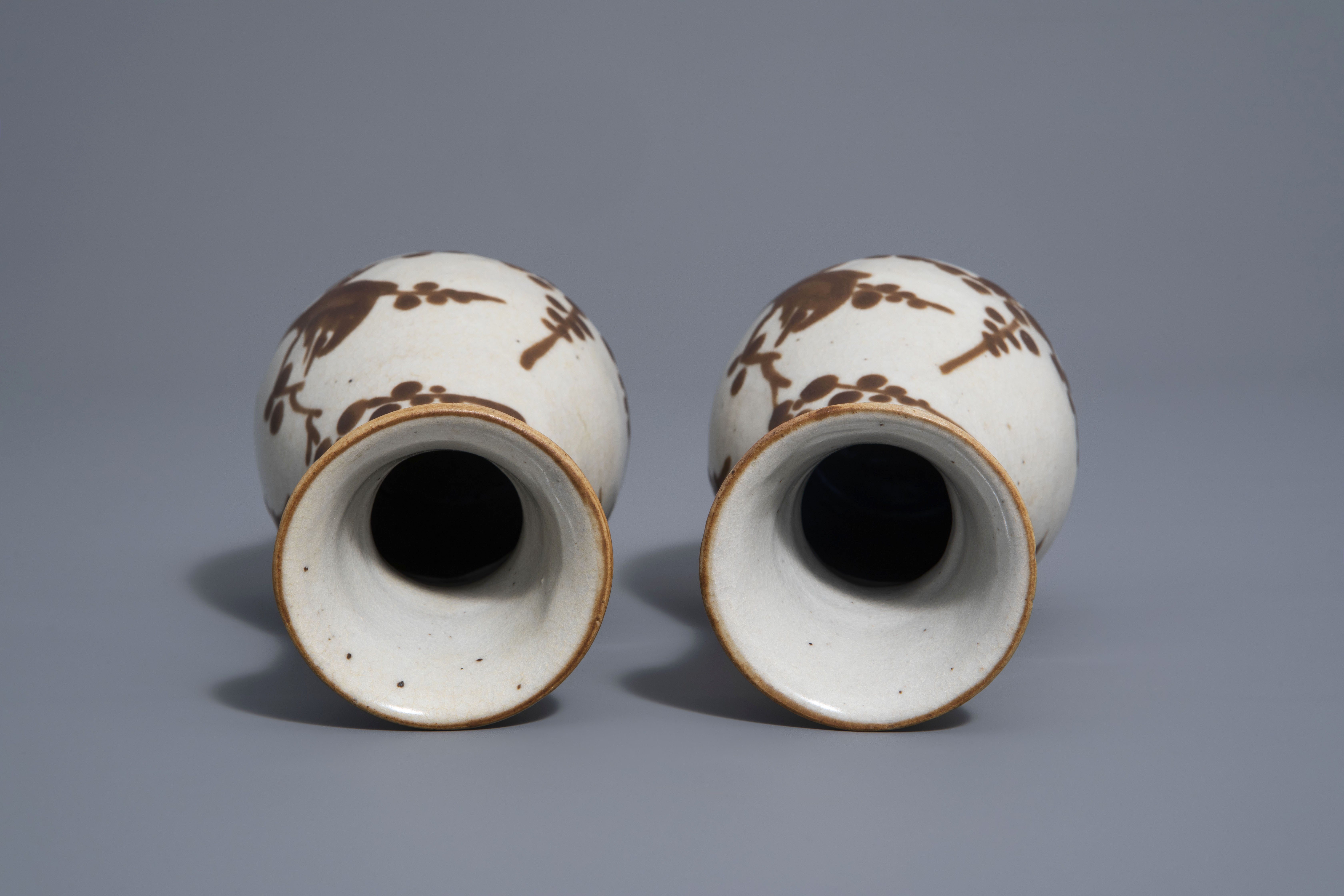 A pair of Chinese Cizhou style slip decorated vases with birds on blossoming branches, 19th C. - Image 6 of 7