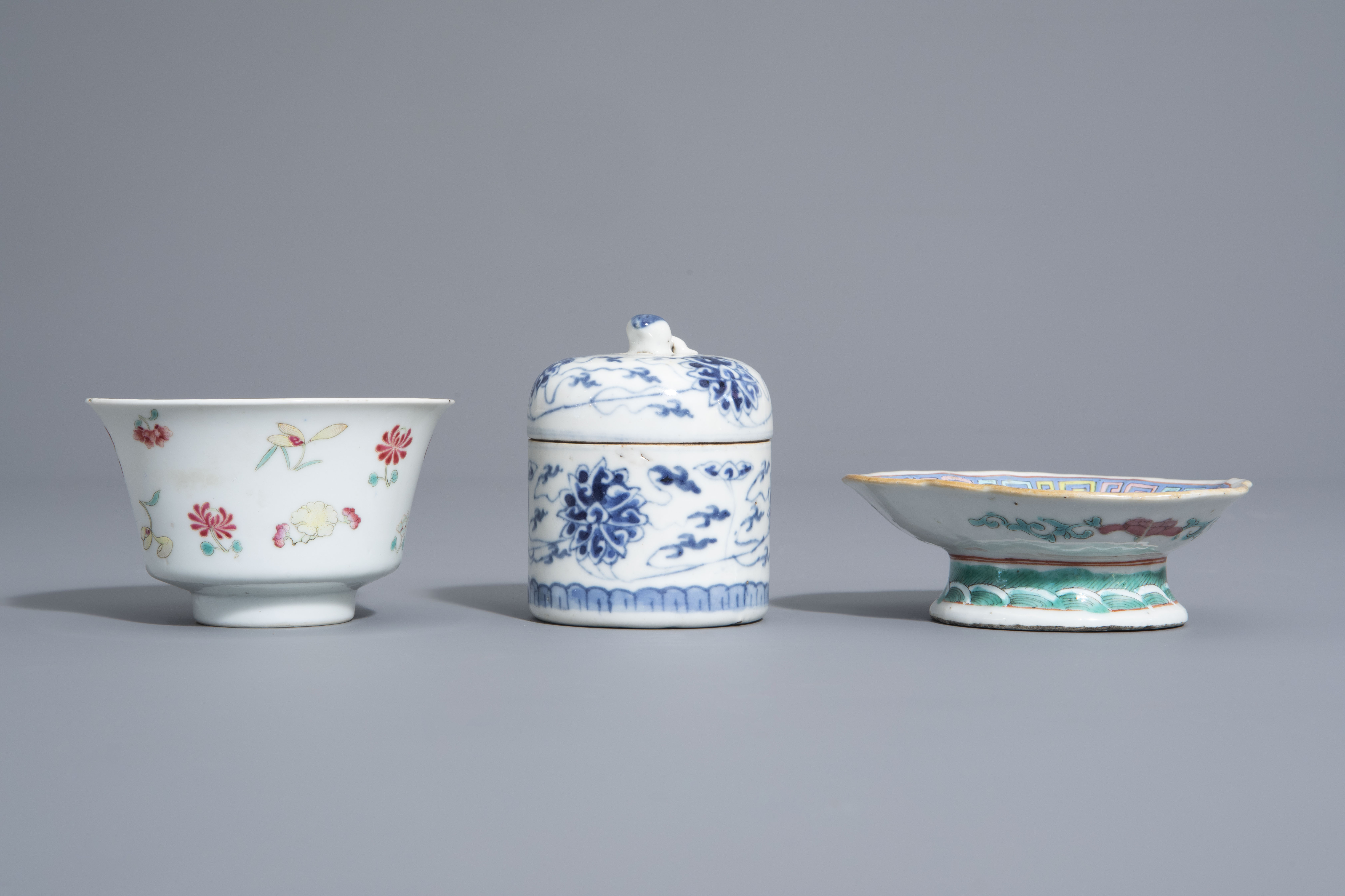 A varied collection of Chinese blue and white and famille rose porcelain, 19th/20th C. - Image 9 of 15
