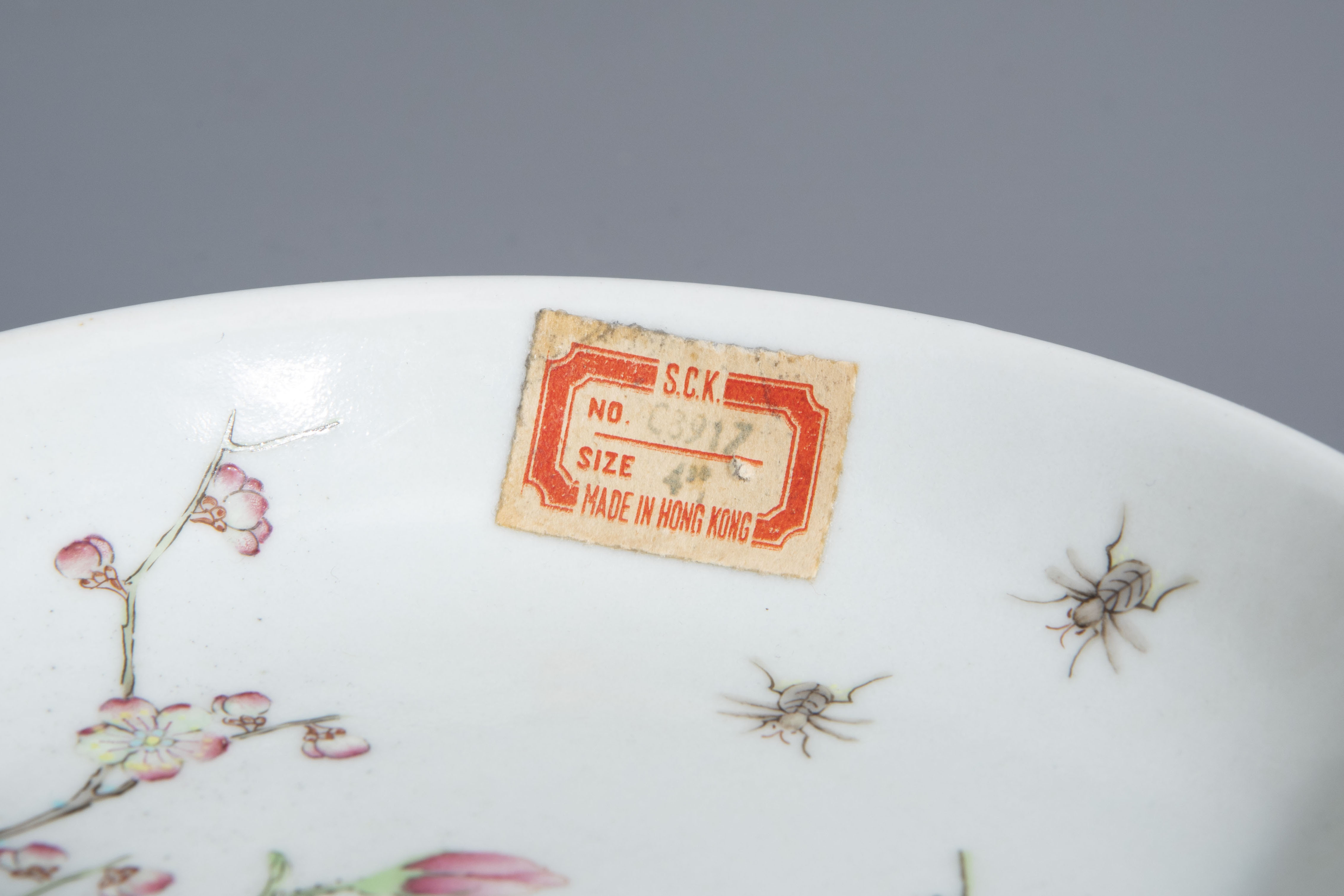 A Chinese famille rose cup and a saucer with different designs, 19th/20th C. - Image 4 of 11