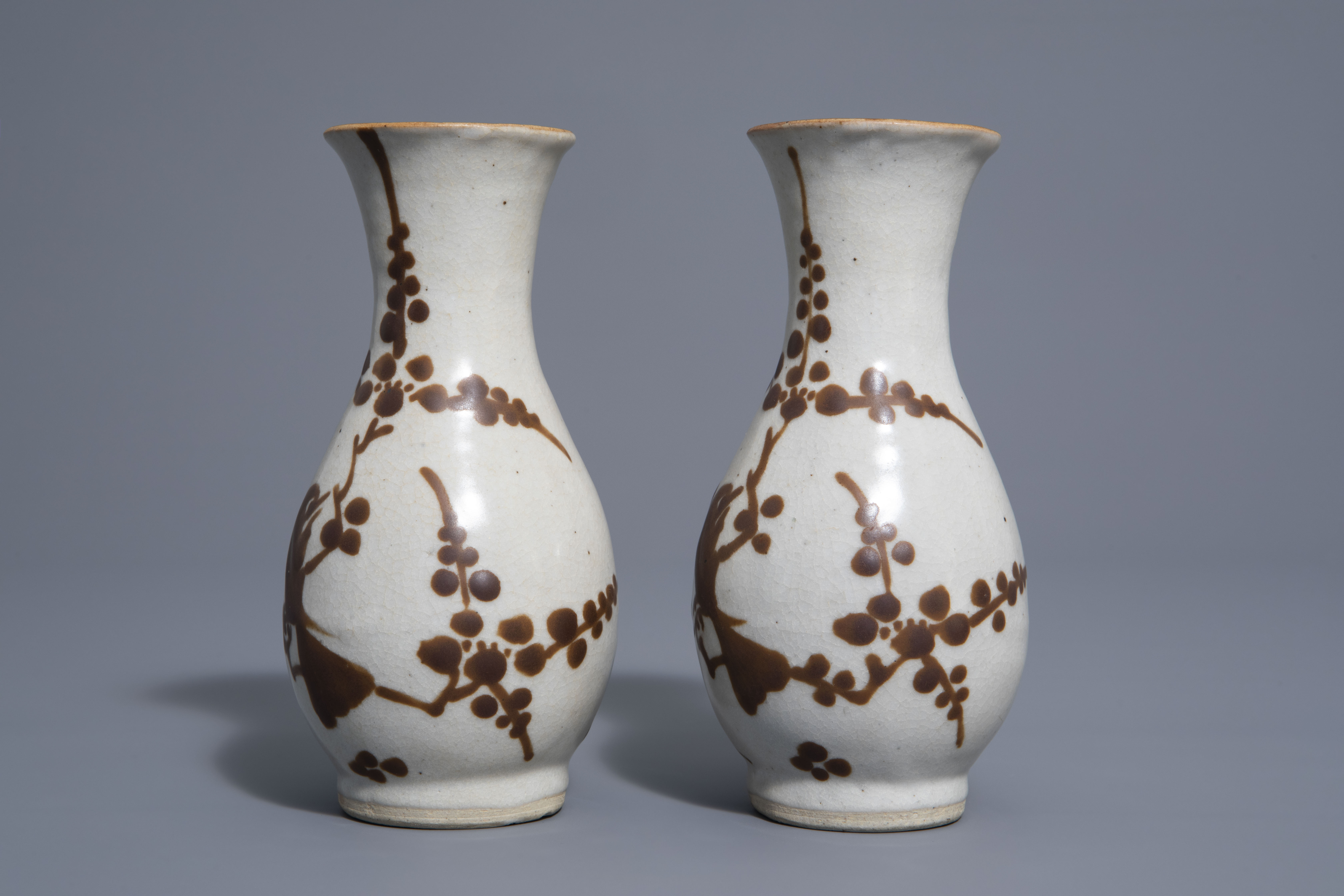 A pair of Chinese Cizhou style slip decorated vases with birds on blossoming branches, 19th C. - Image 5 of 7