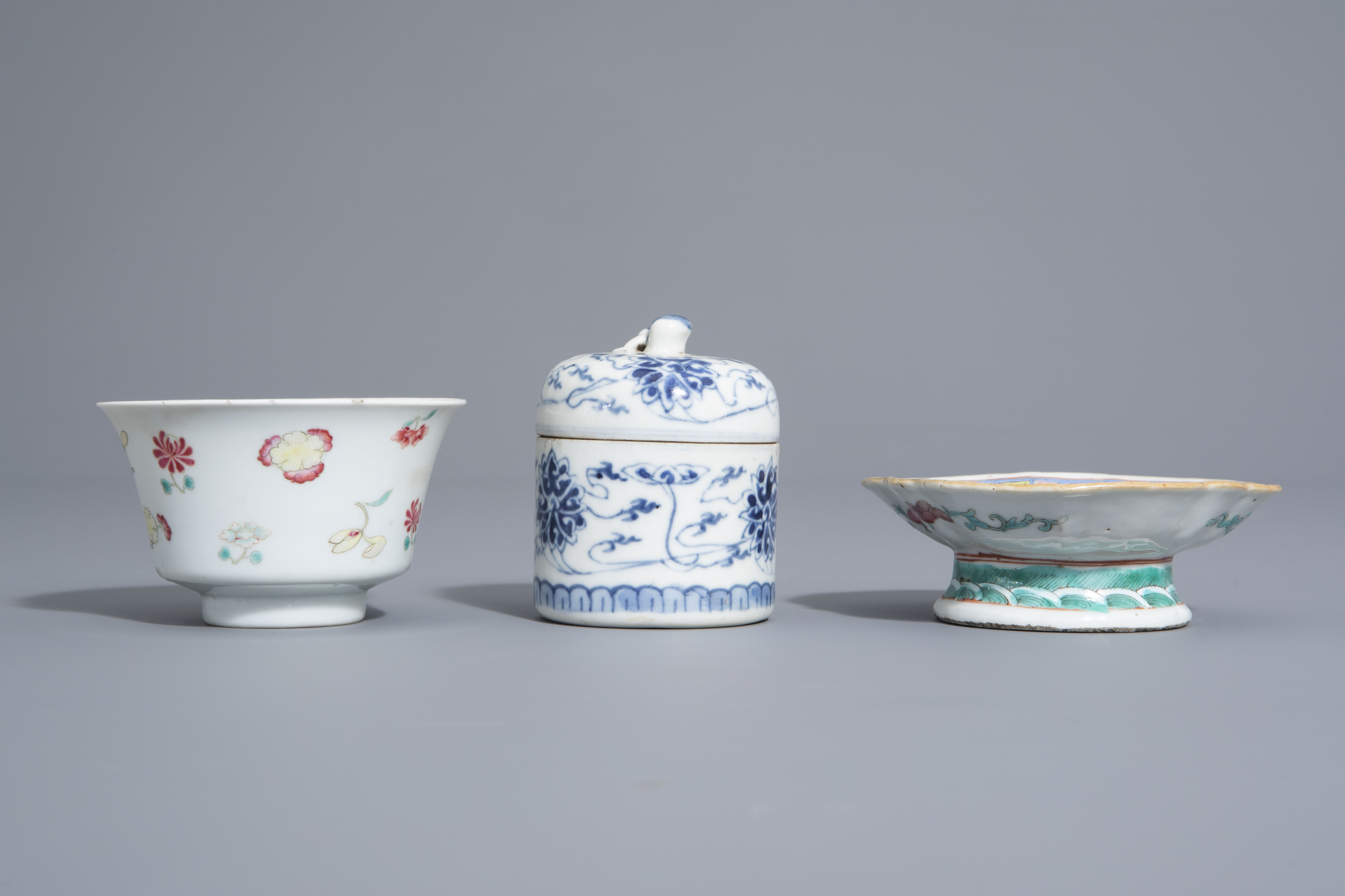 A varied collection of Chinese blue and white and famille rose porcelain, 19th/20th C. - Image 10 of 15