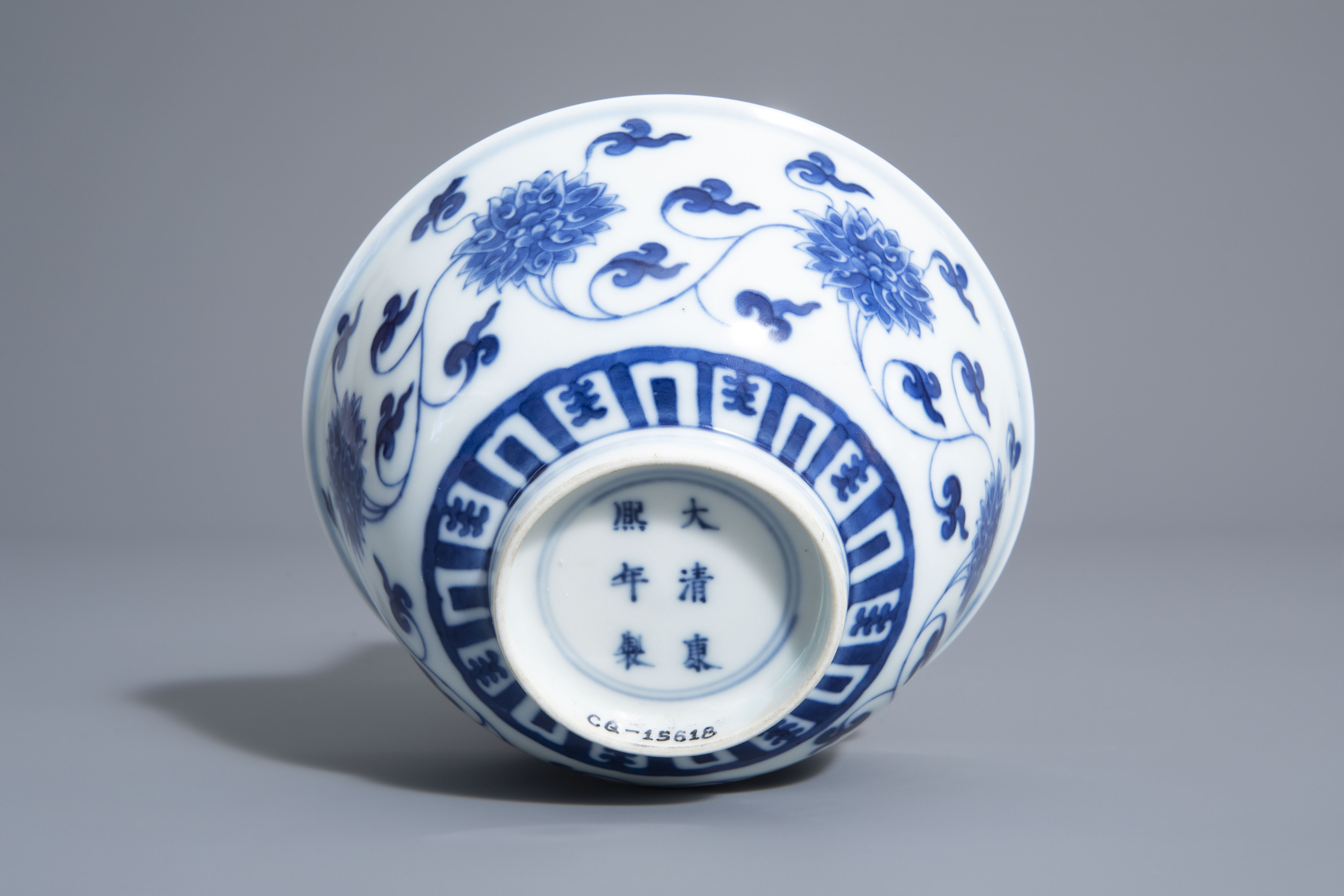 A Chinese blue and white 'lotus scroll' bowl, Kangxi mark, 19th/20th C. - Image 6 of 8