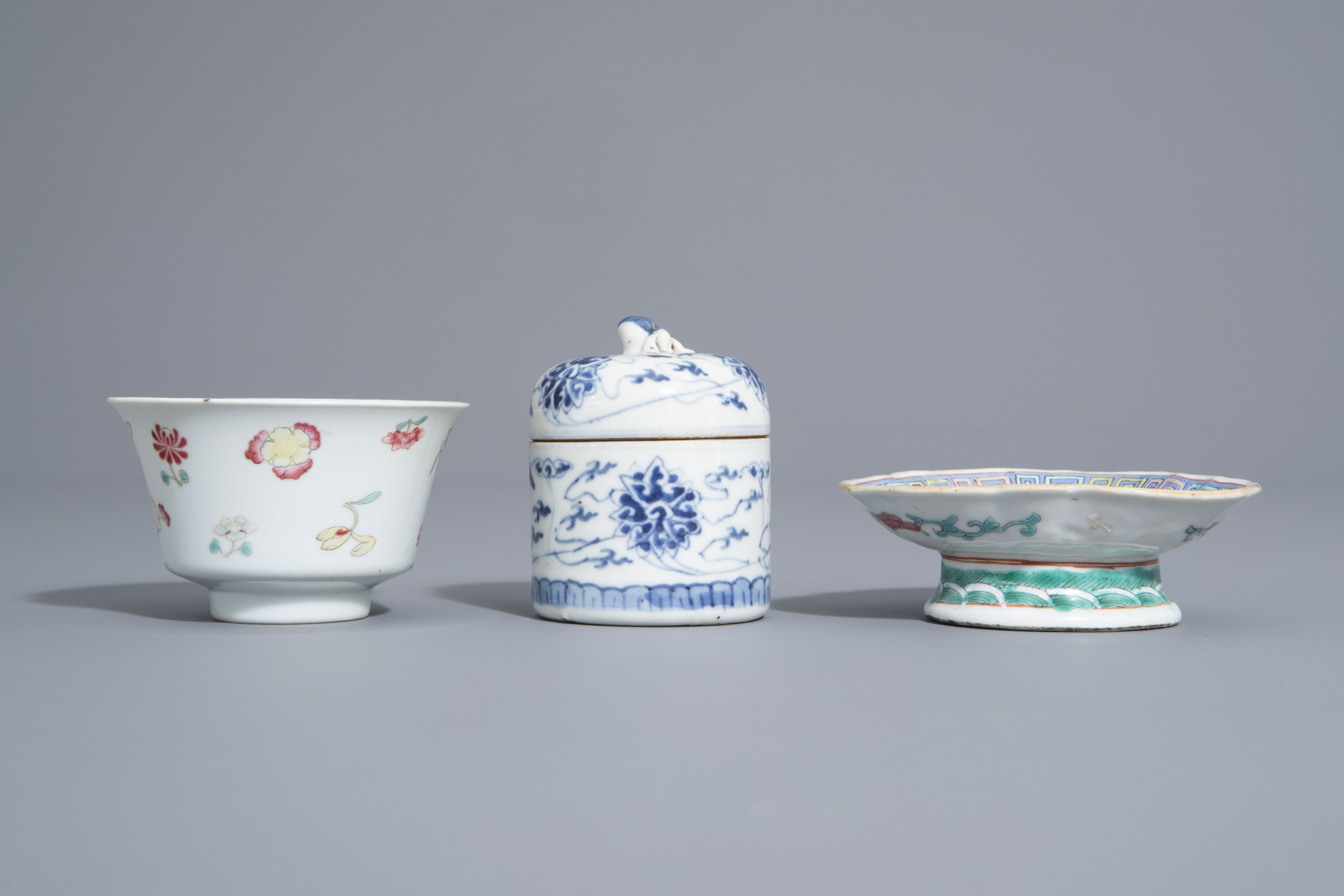 A varied collection of Chinese blue and white and famille rose porcelain, 19th/20th C. - Image 8 of 15