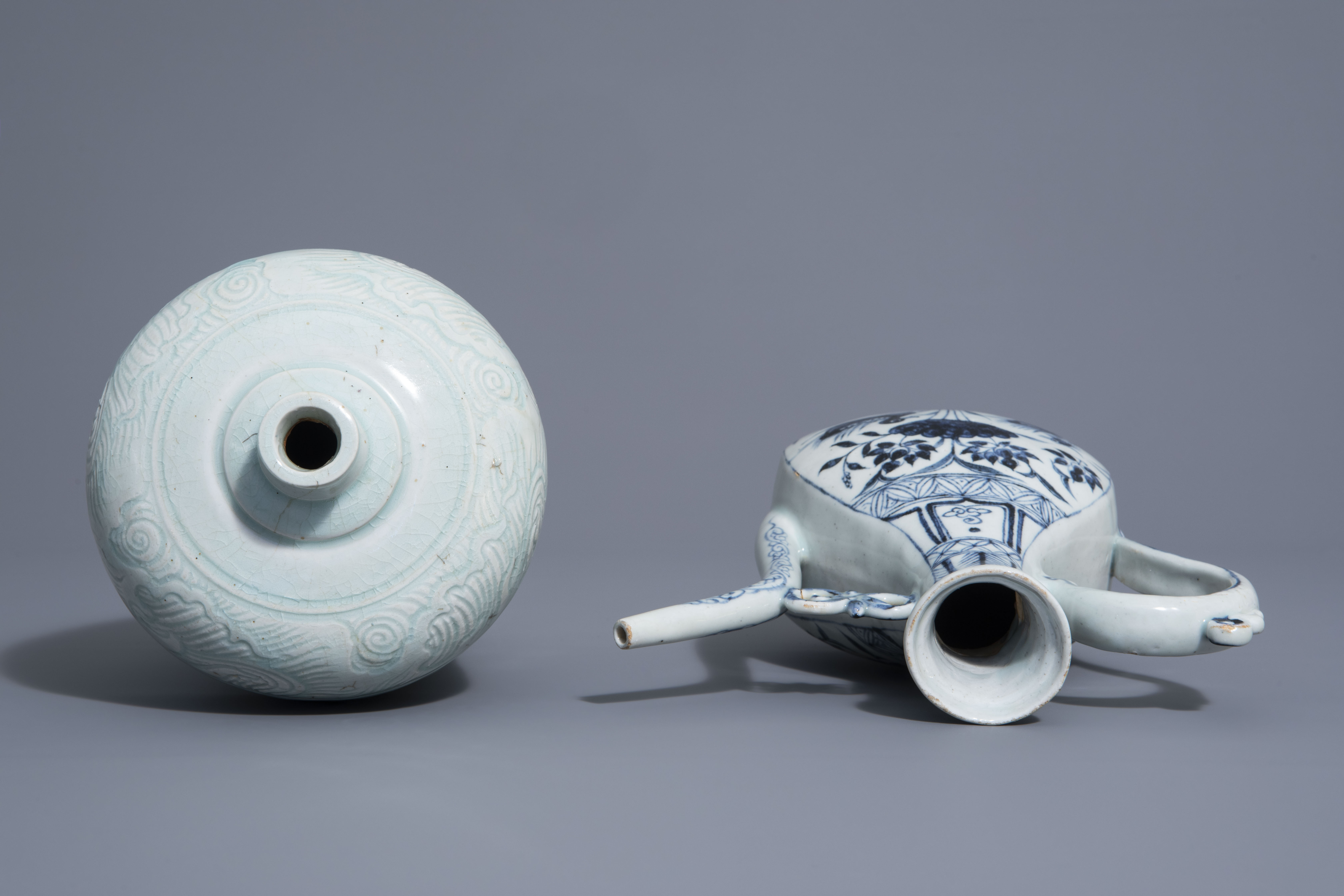 A Chinese blue and white jug and a qingbai vase in Yuan style, 19th/20th C. - Image 5 of 6