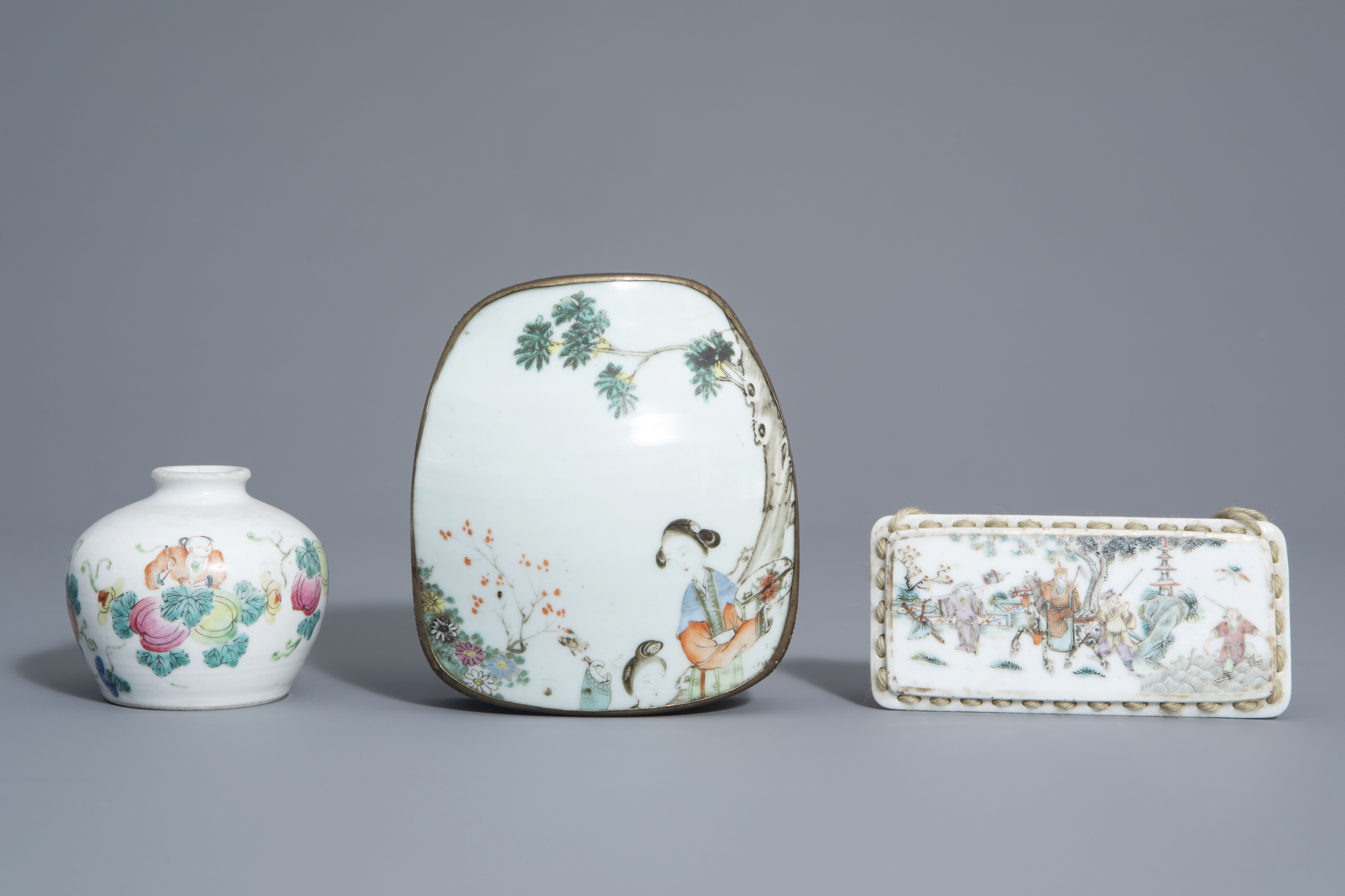 A varied collection of Chinese famille rose and blue and white porcelain, 19th/20th C. - Image 8 of 14