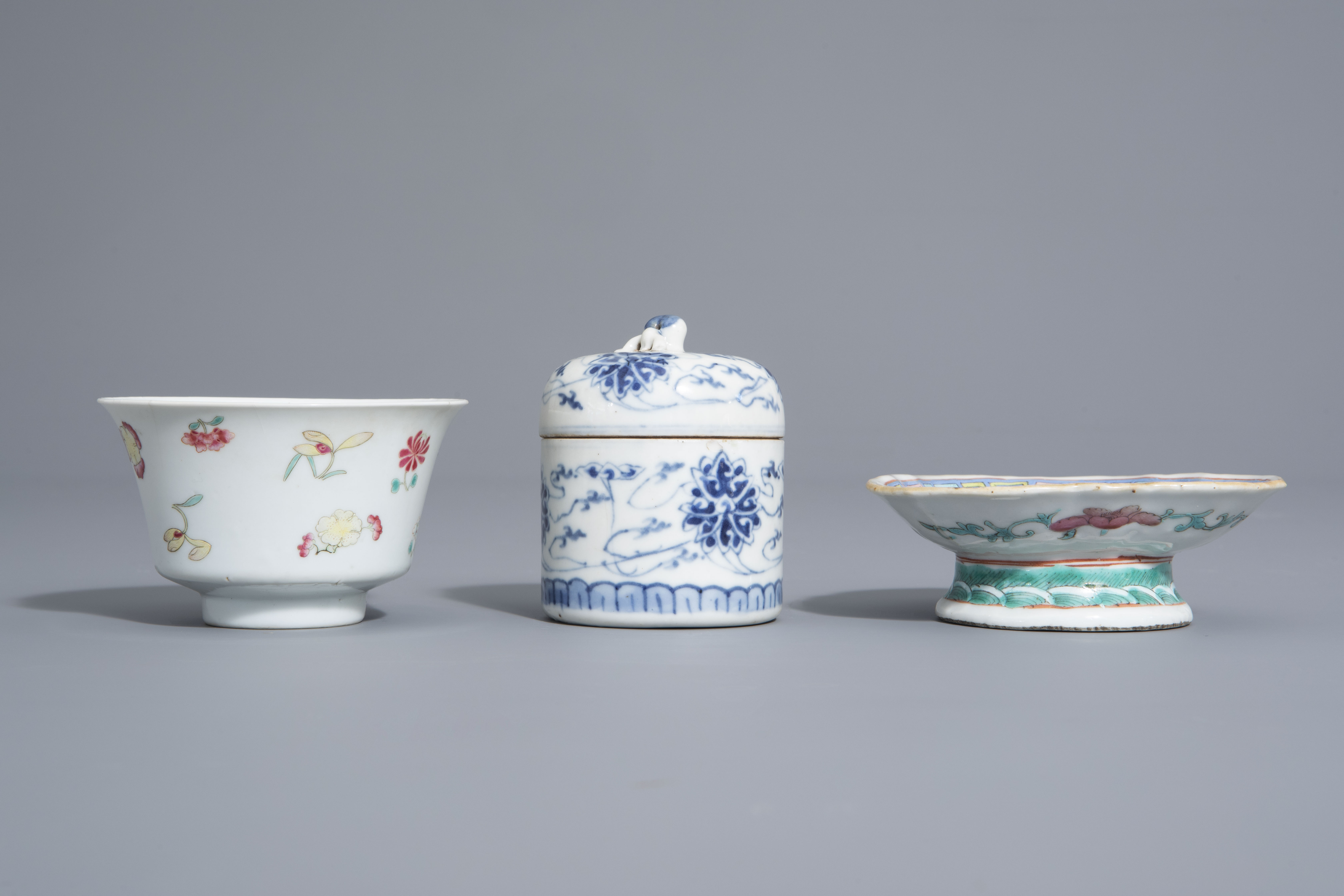 A varied collection of Chinese blue and white and famille rose porcelain, 19th/20th C. - Image 11 of 15