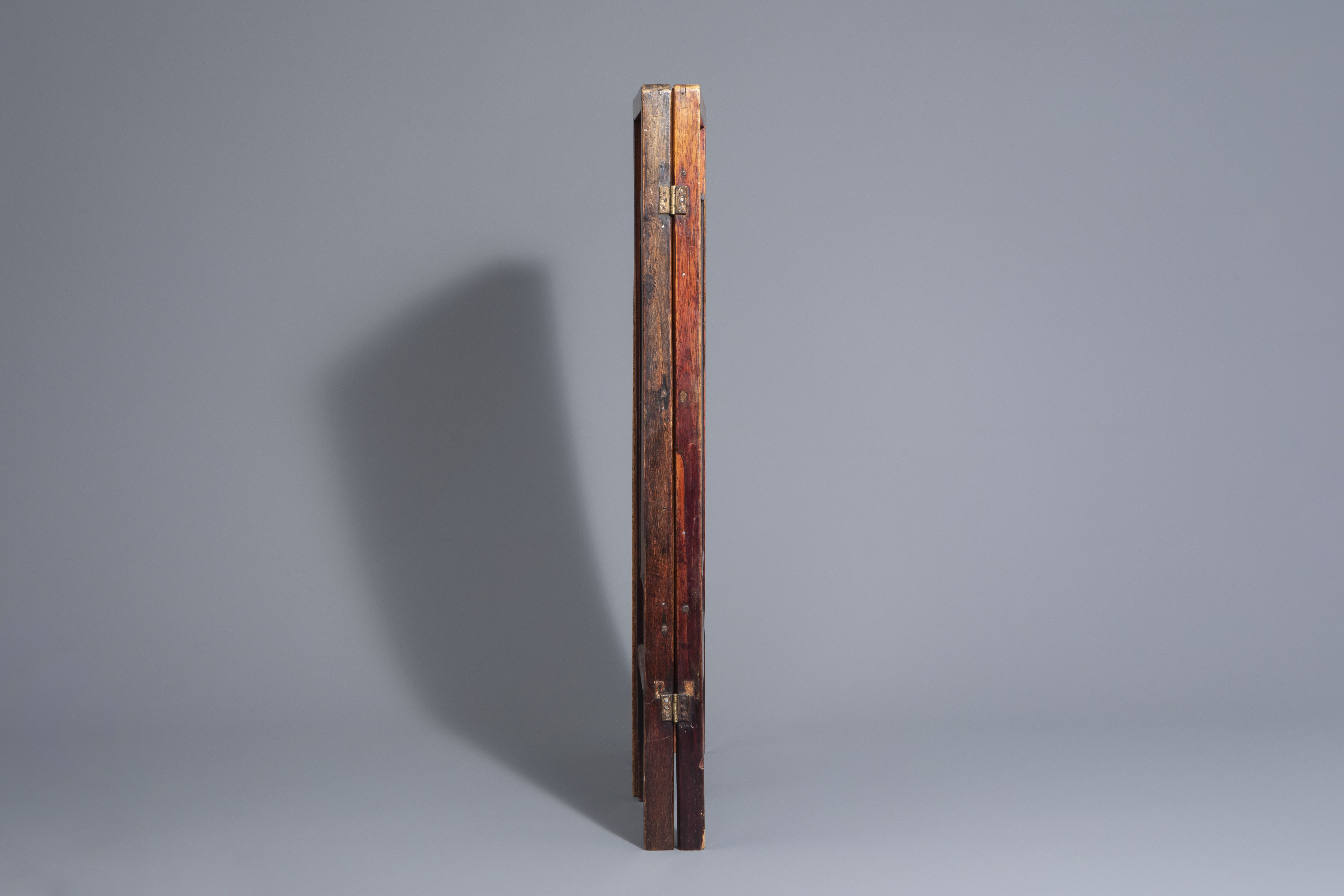 A Chinese threefold wooden screen with blue and white plaques, 19th/20th C. - Image 5 of 8