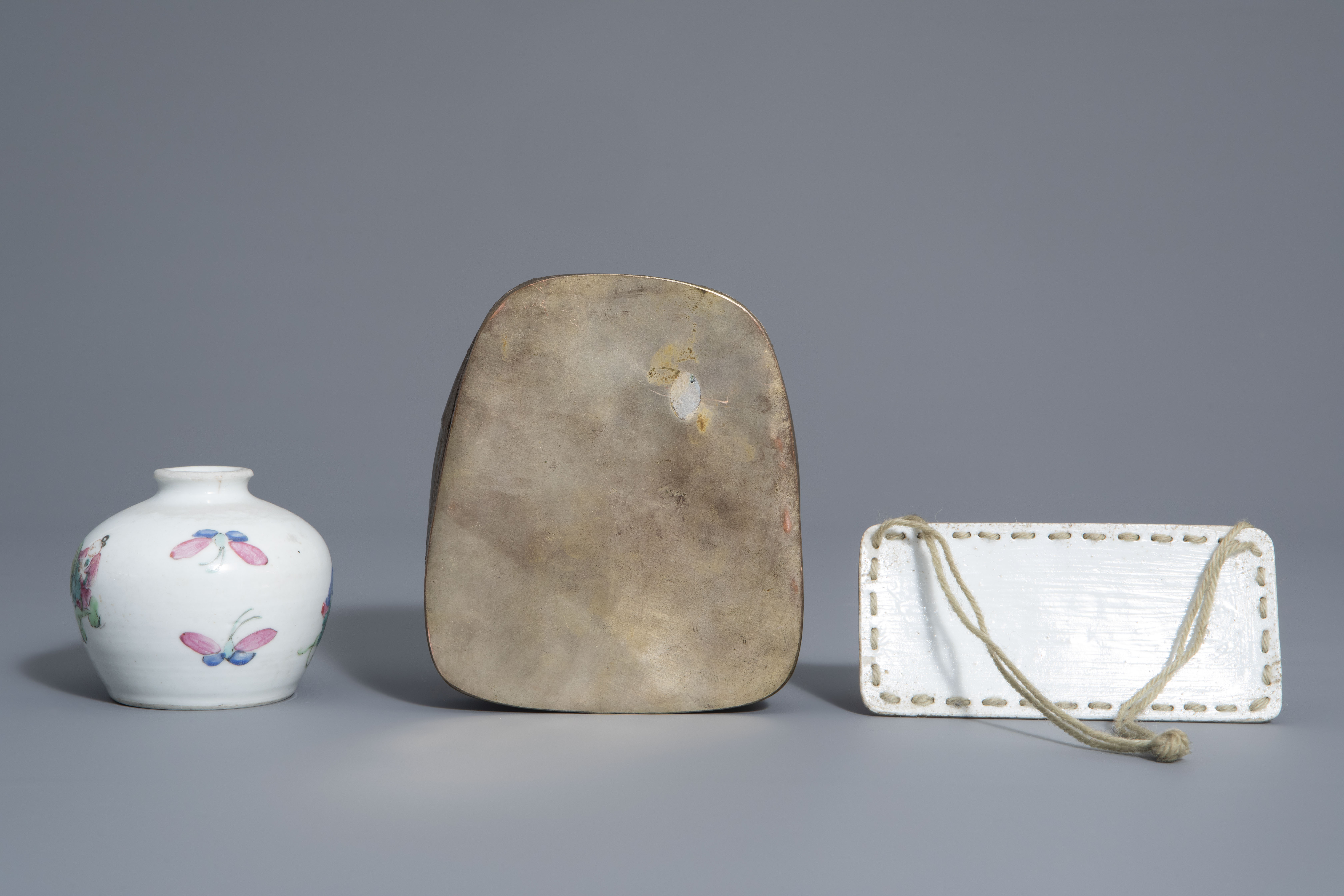 A varied collection of Chinese famille rose and blue and white porcelain, 19th/20th C. - Image 10 of 14