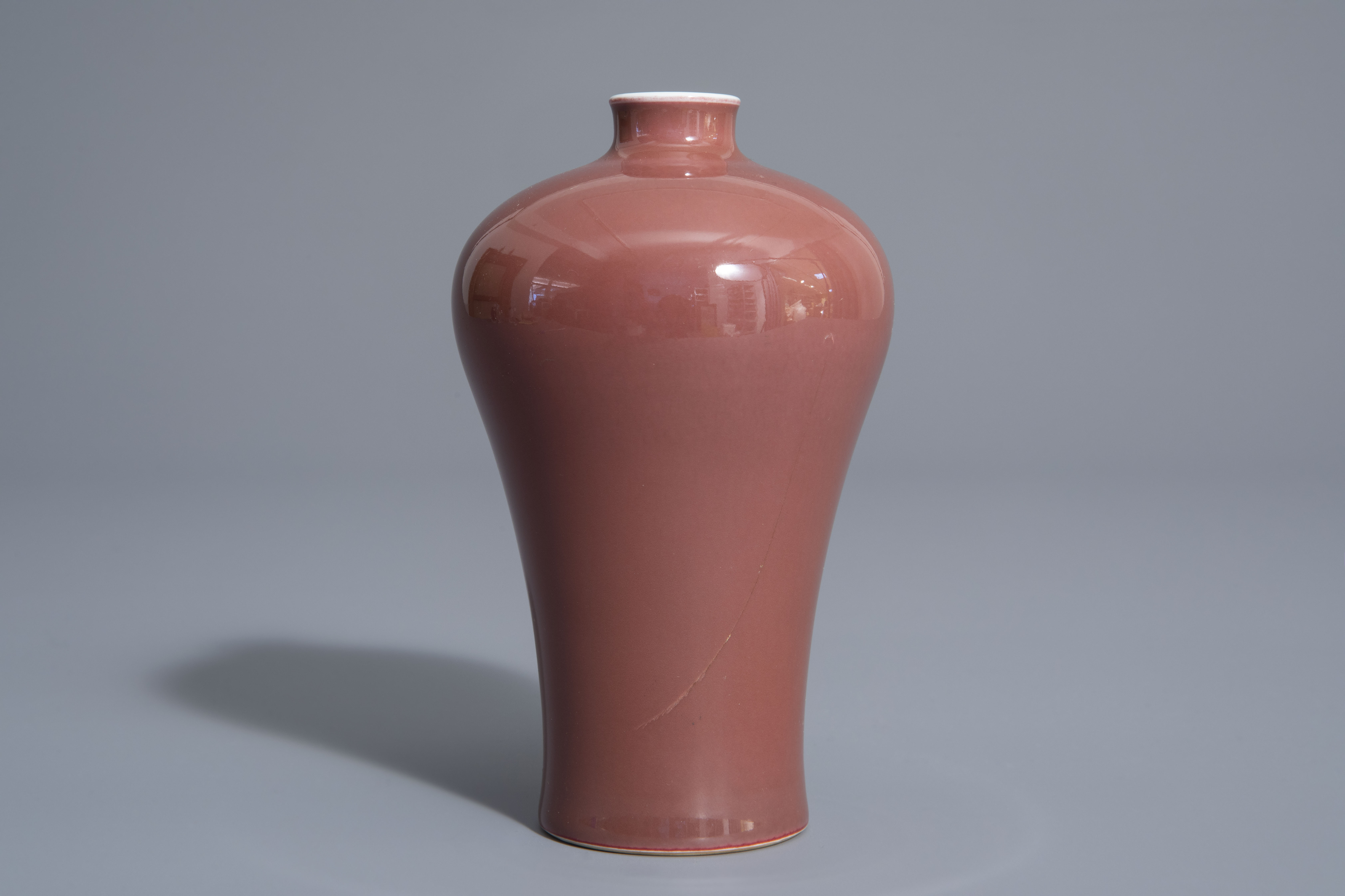 A Chinese monochrome red meiping vase, 19th/20th C. - Image 4 of 7