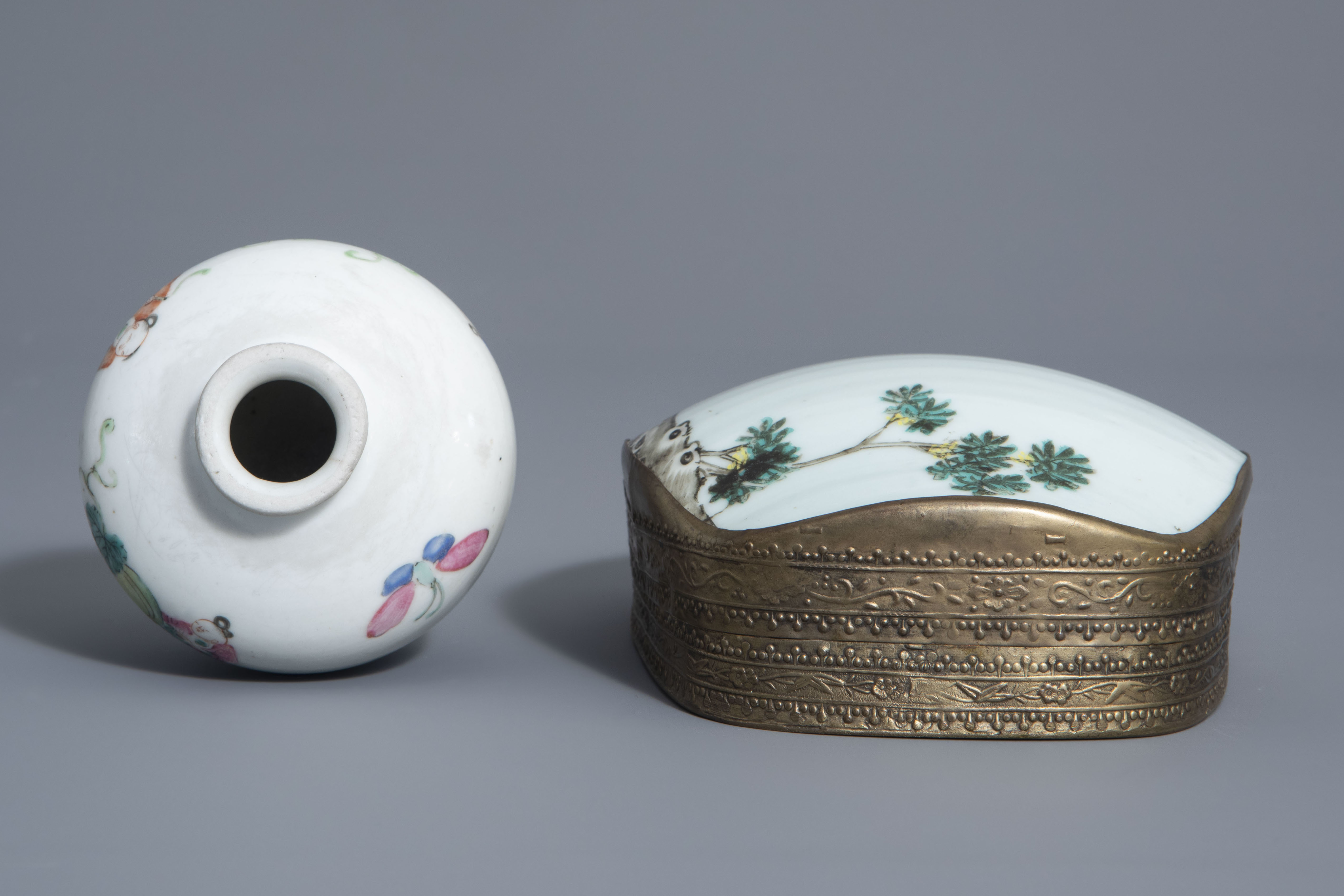 A varied collection of Chinese famille rose and blue and white porcelain, 19th/20th C. - Image 12 of 14
