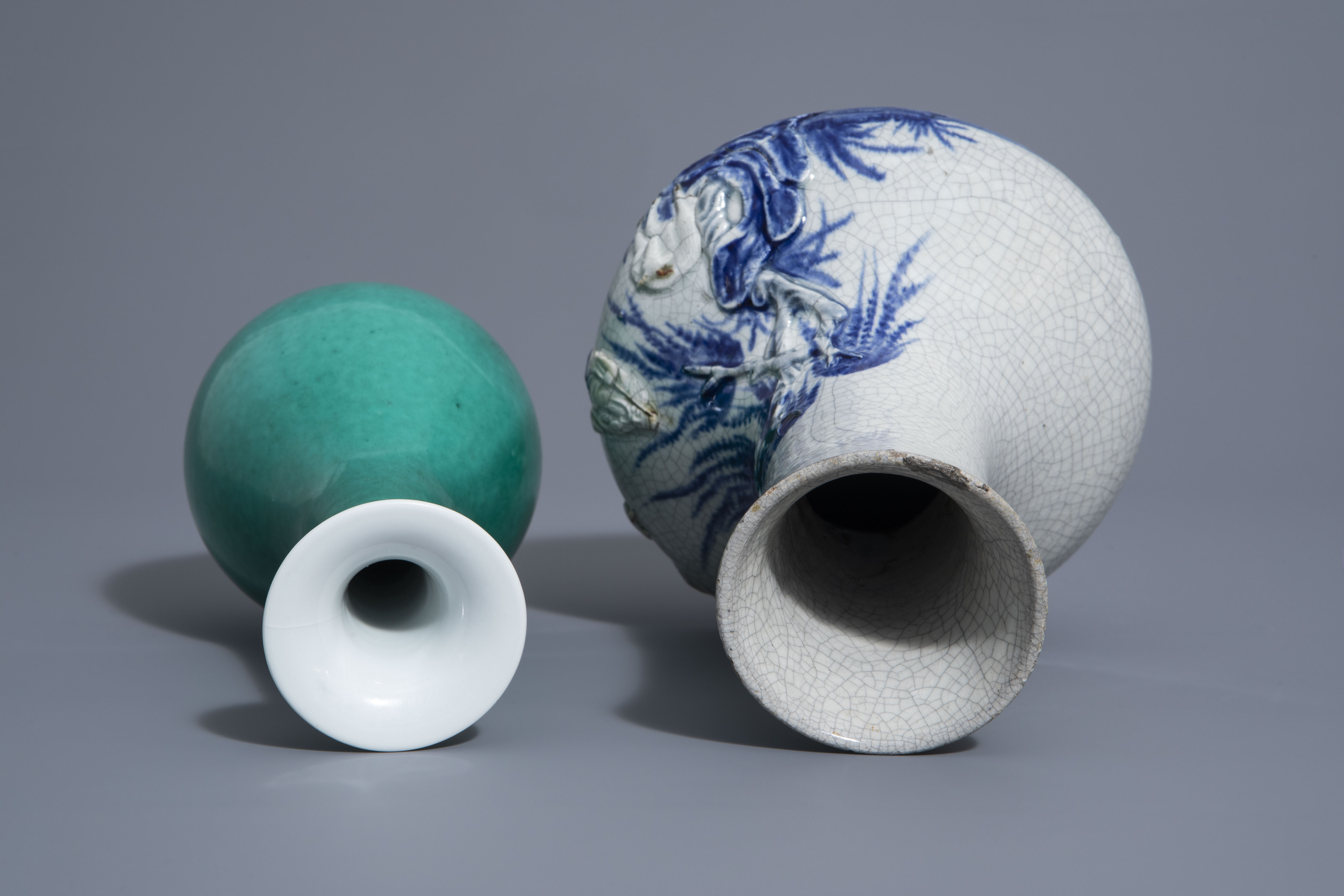 A Chinese blue & white crackle glazed vase, a monochrome green vase and a brushwasher, 19th/20th C. - Image 6 of 13