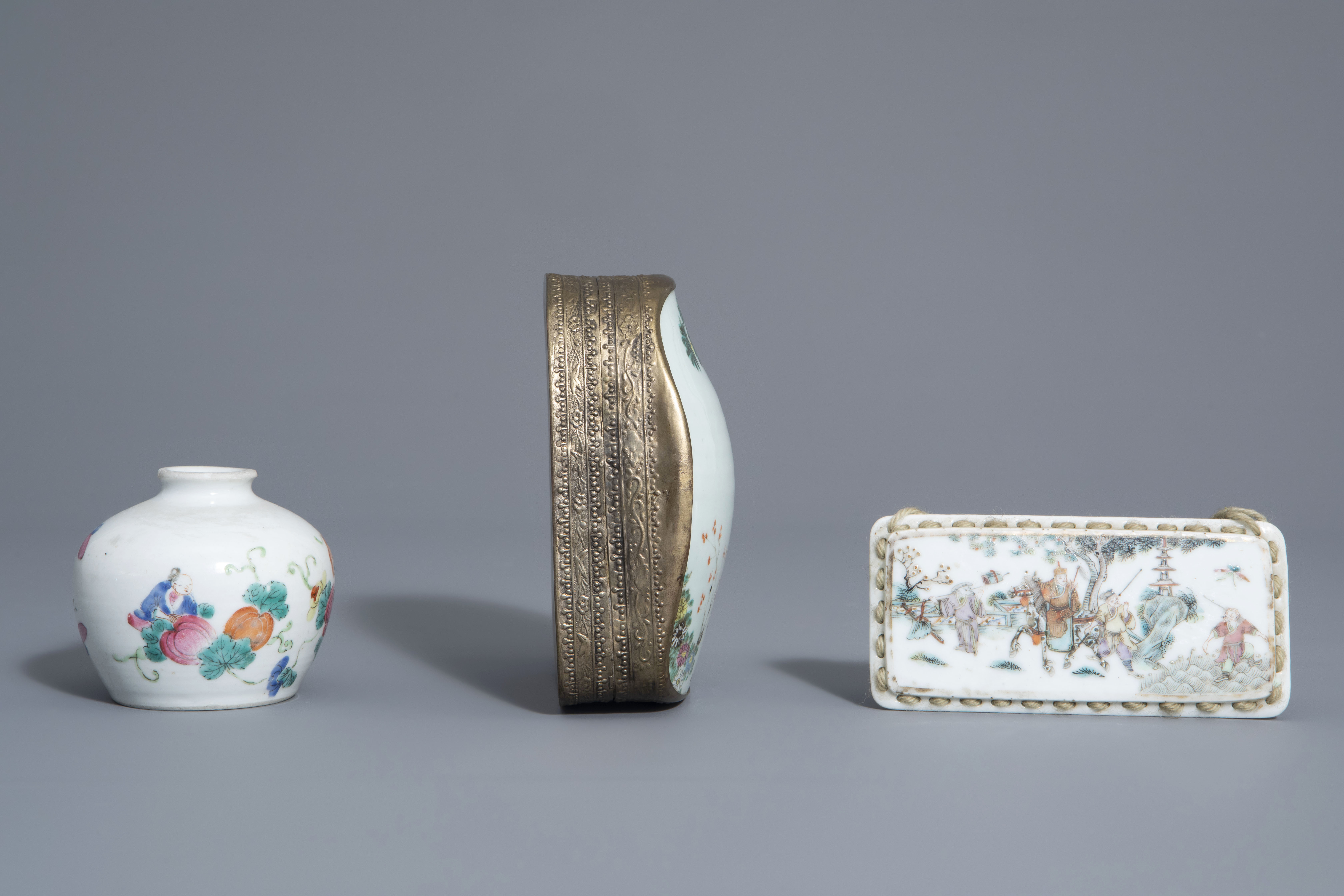 A varied collection of Chinese famille rose and blue and white porcelain, 19th/20th C. - Image 9 of 14