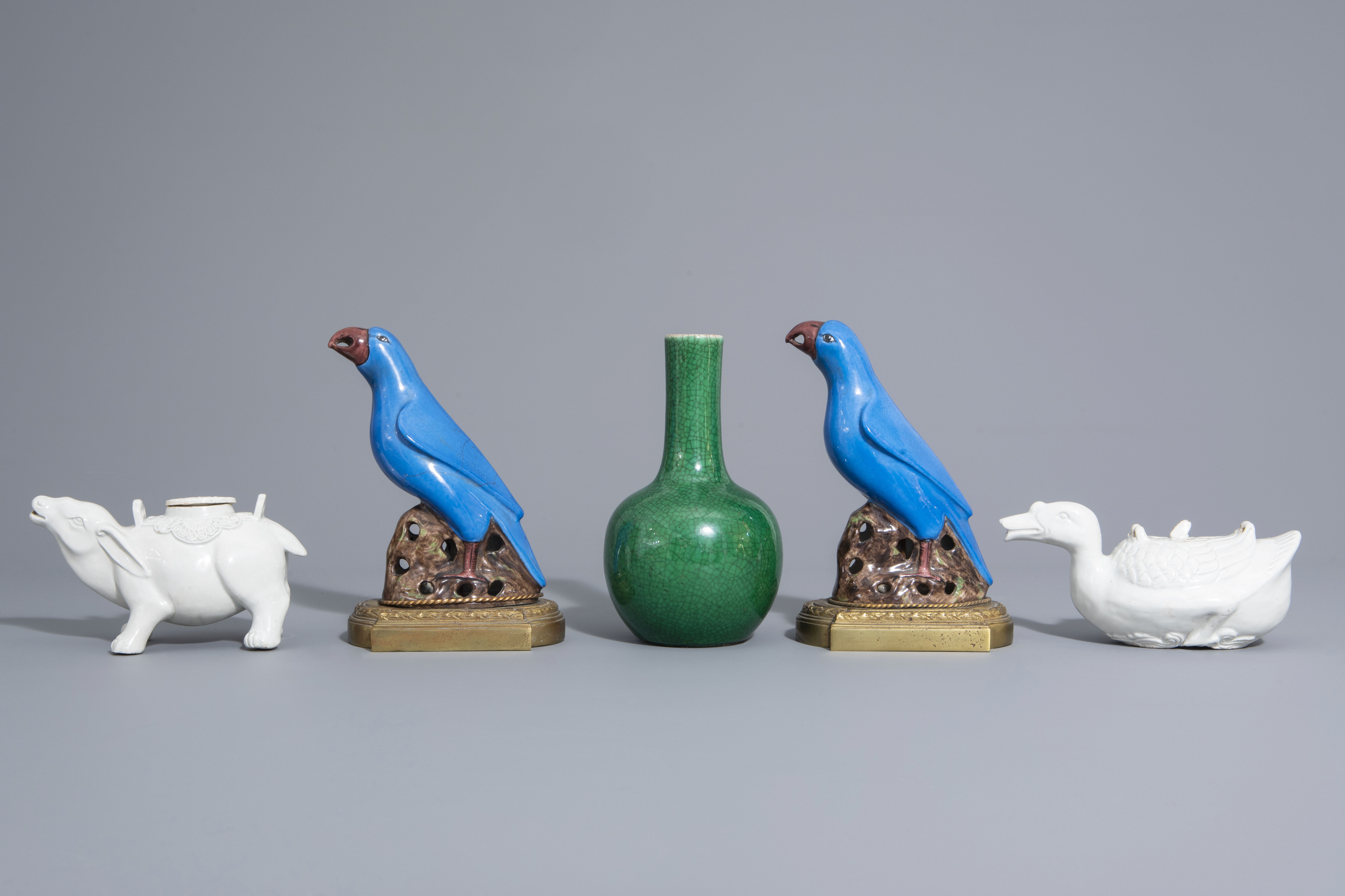A Chinese monochrome green vase, 2 blanc de Chine teapots & a pair of polychrome birds, 19th/20th C - Image 4 of 7