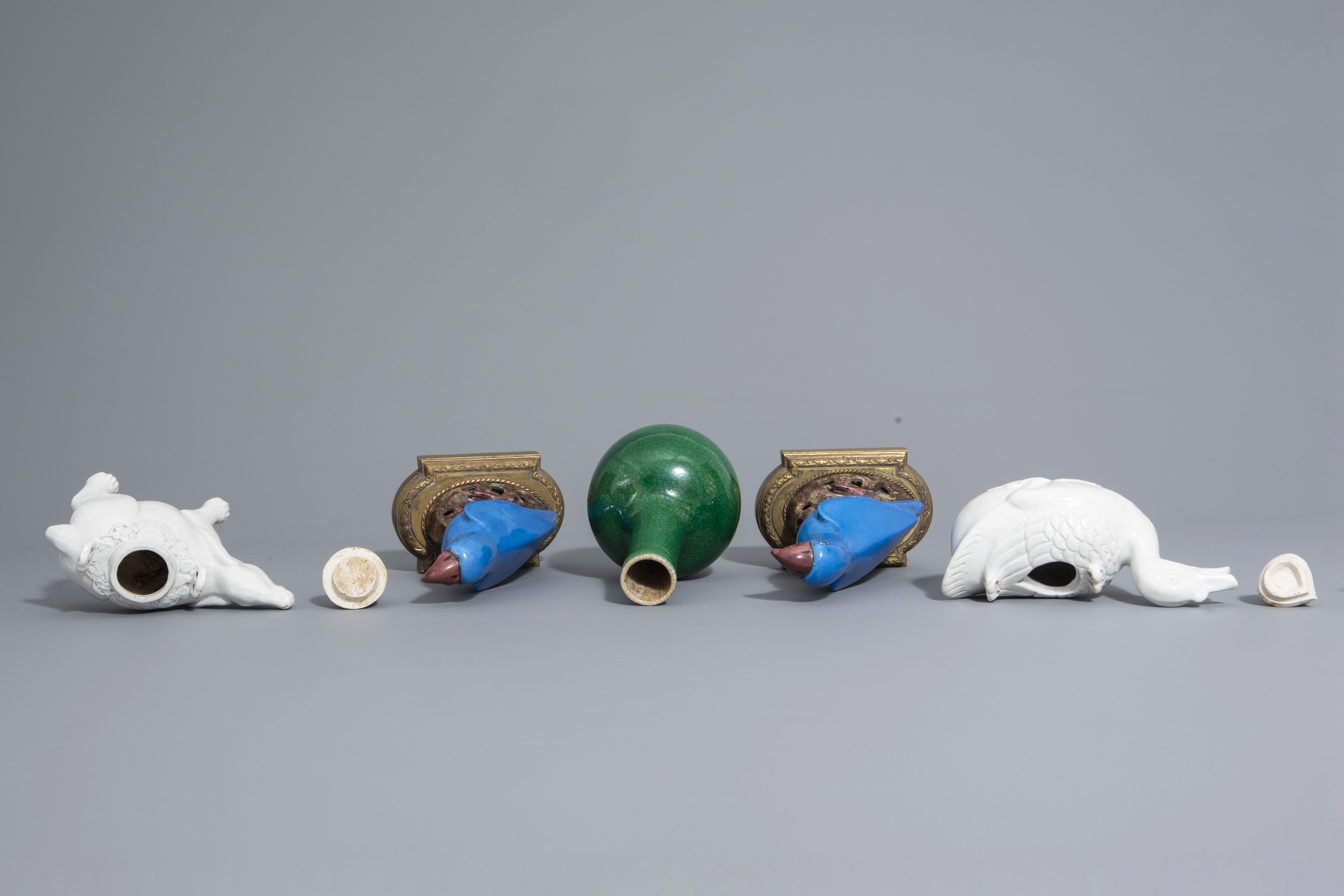 A Chinese monochrome green vase, 2 blanc de Chine teapots & a pair of polychrome birds, 19th/20th C - Image 6 of 7
