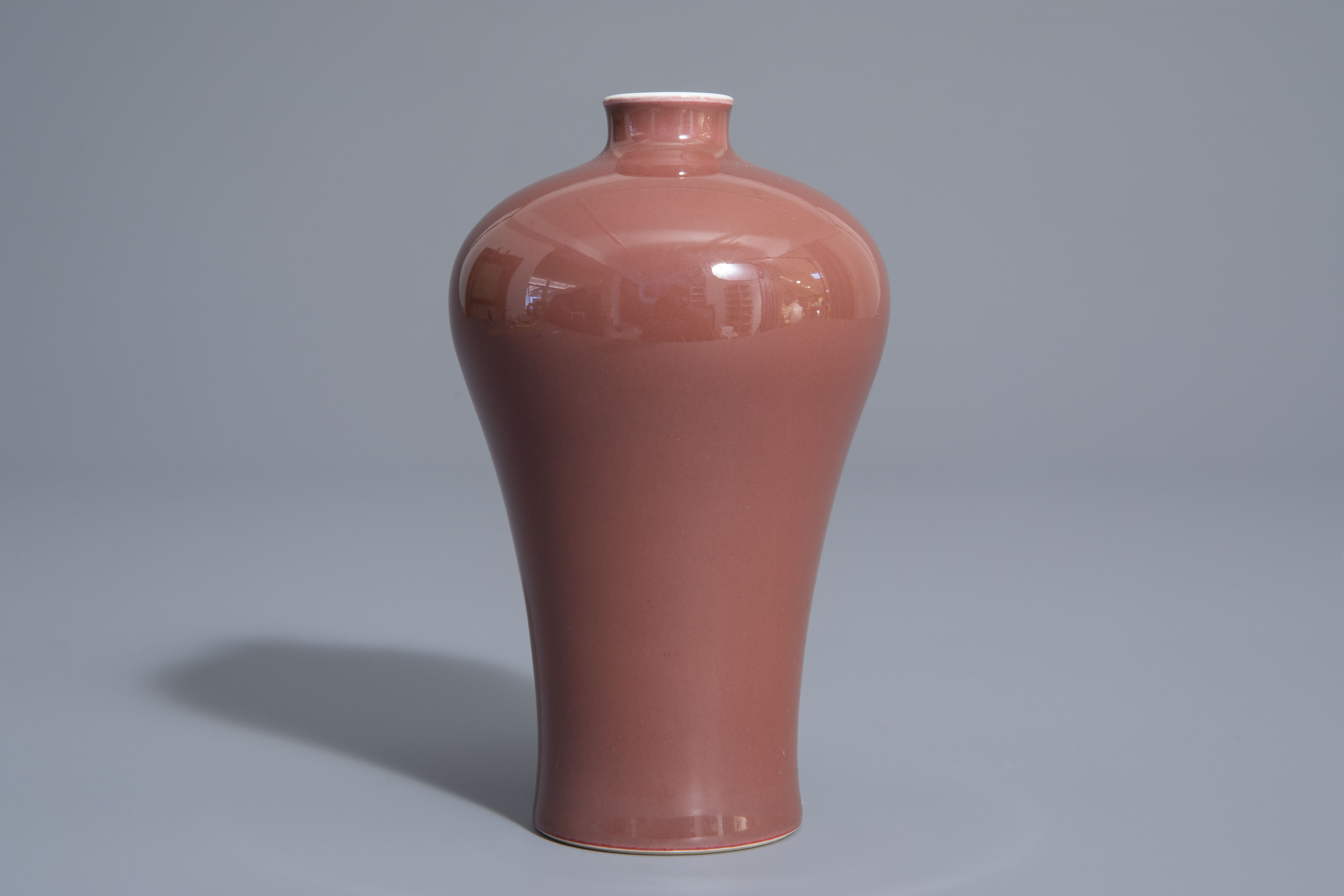 A Chinese monochrome red meiping vase, 19th/20th C. - Image 2 of 7