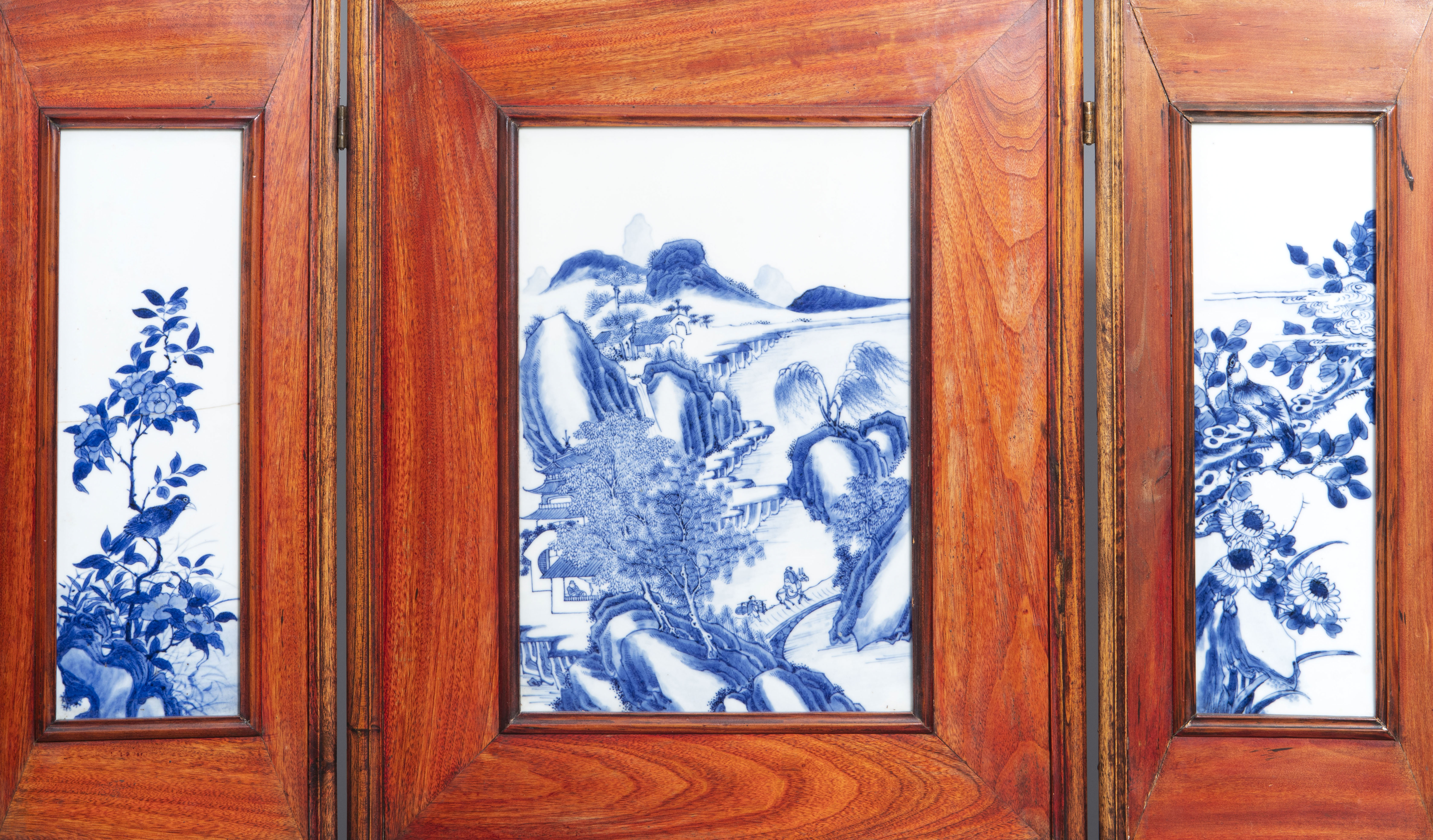 A Chinese threefold wooden screen with blue and white plaques, 19th/20th C. - Image 2 of 8