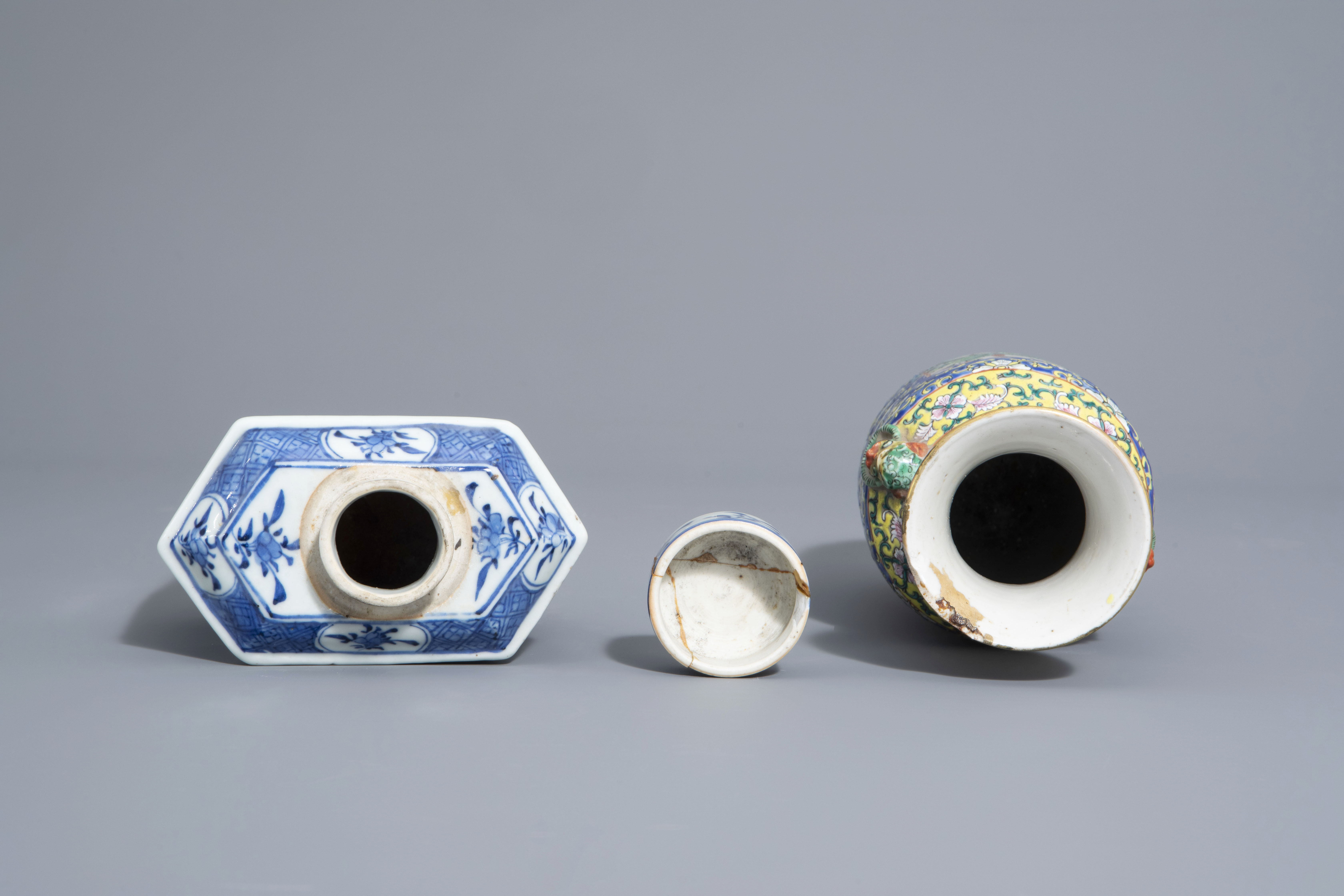 A varied collection of Chinese blue and white and famille rose porcelain, 19th/20th C. - Image 6 of 15