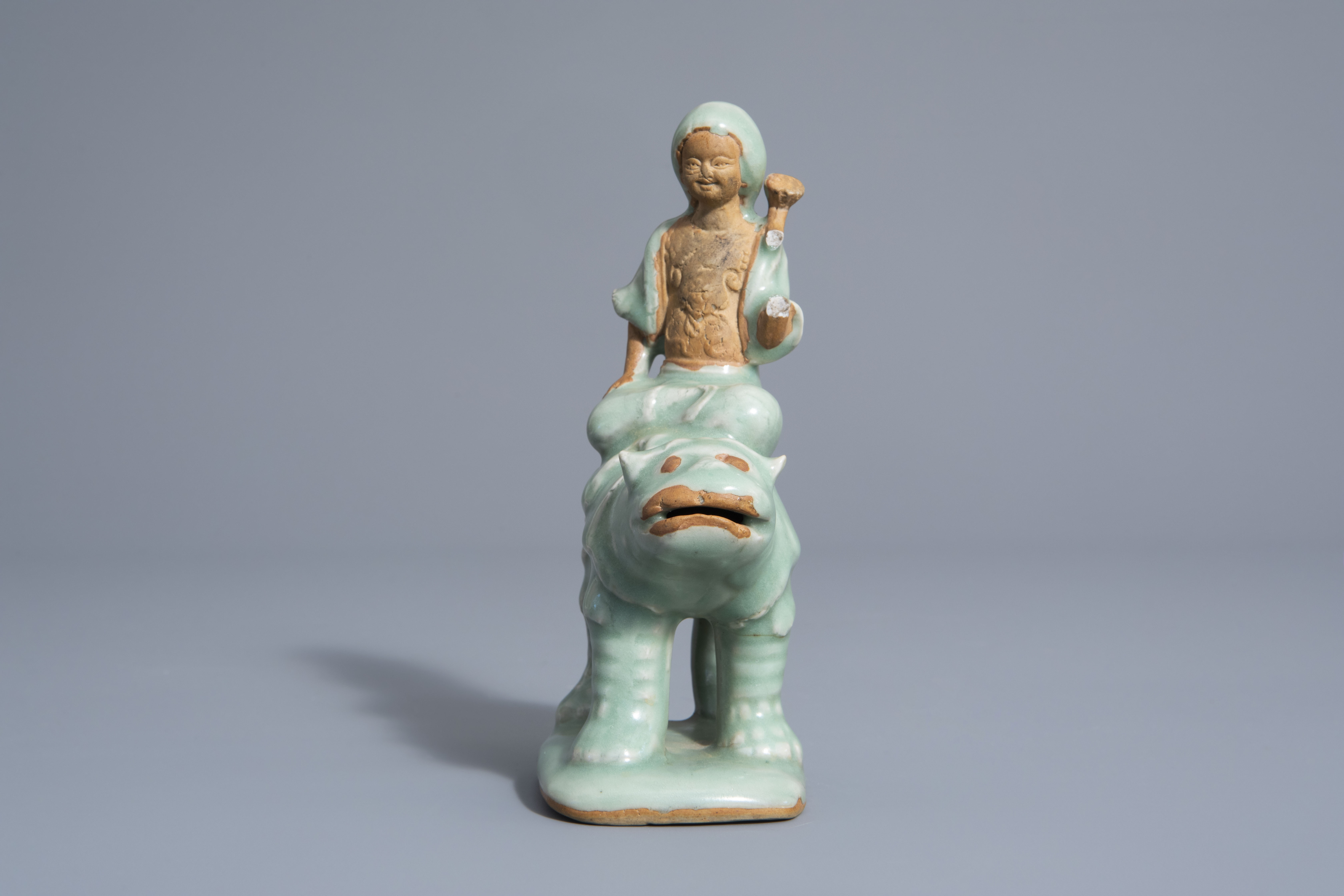 A Chinese celadon glazed group, 19th/20th C. - Image 5 of 7