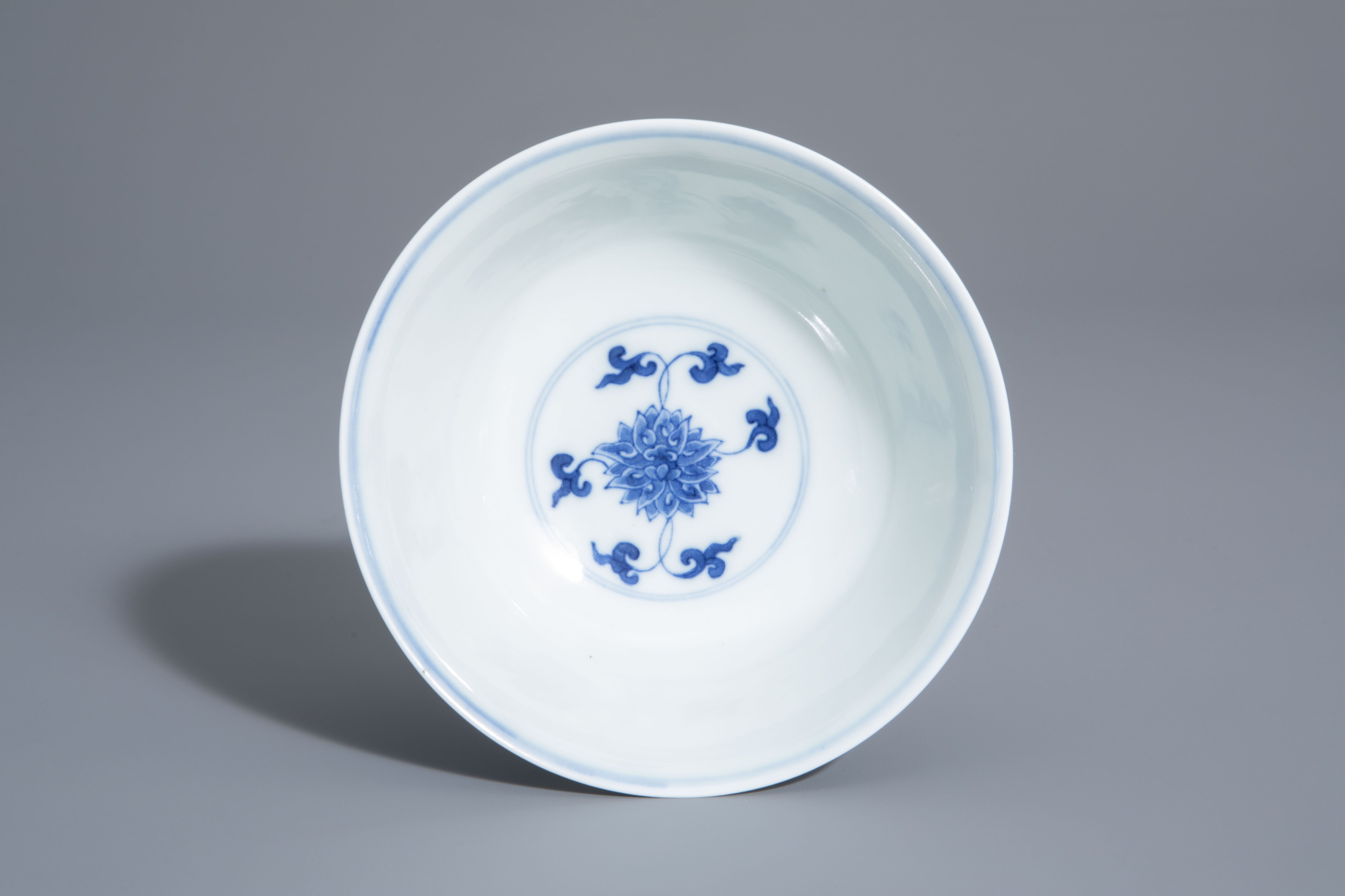 A Chinese blue and white 'lotus scroll' bowl, Kangxi mark, 19th/20th C. - Image 8 of 8