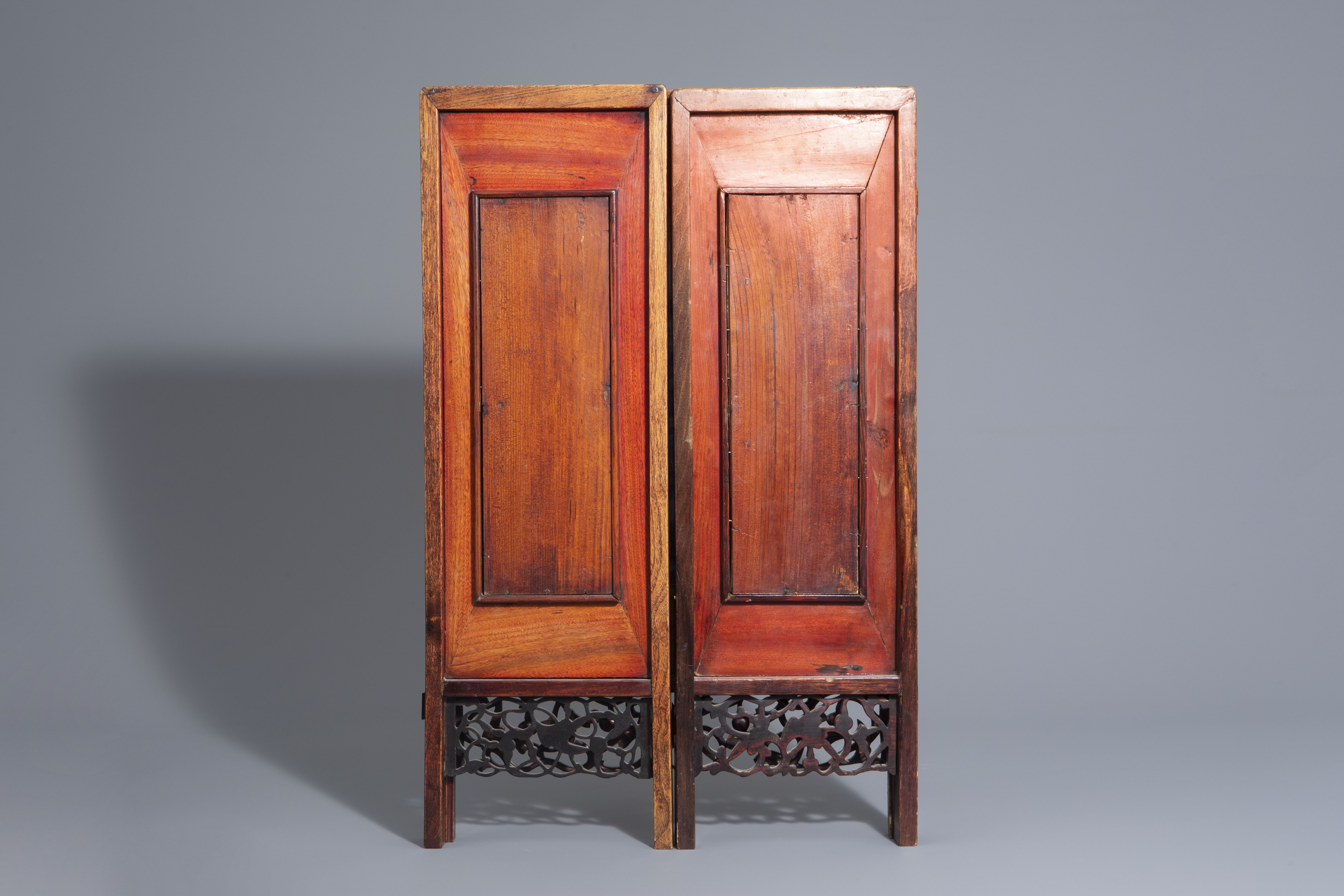 A Chinese threefold wooden screen with blue and white plaques, 19th/20th C. - Image 6 of 8