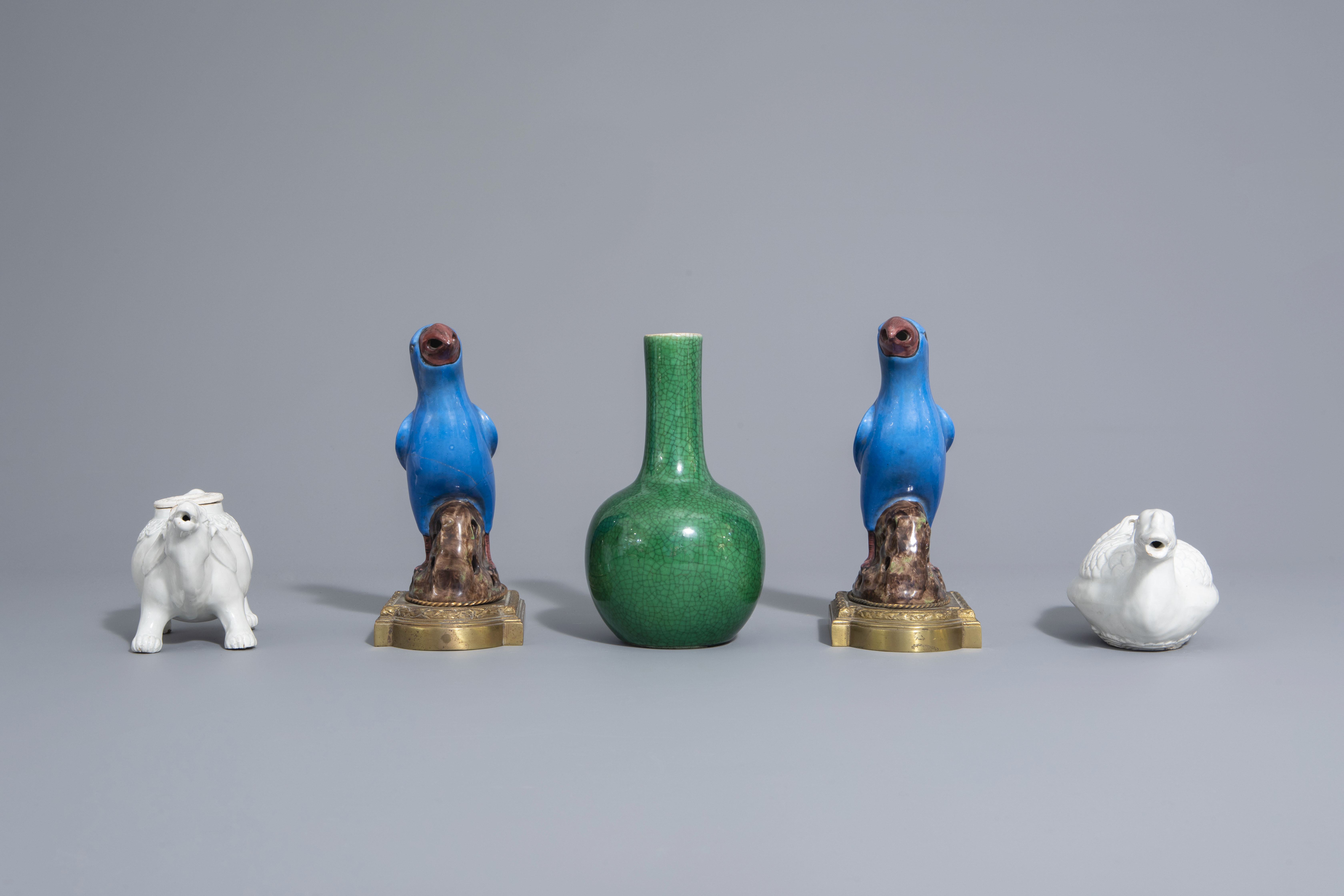 A Chinese monochrome green vase, 2 blanc de Chine teapots & a pair of polychrome birds, 19th/20th C - Image 5 of 7