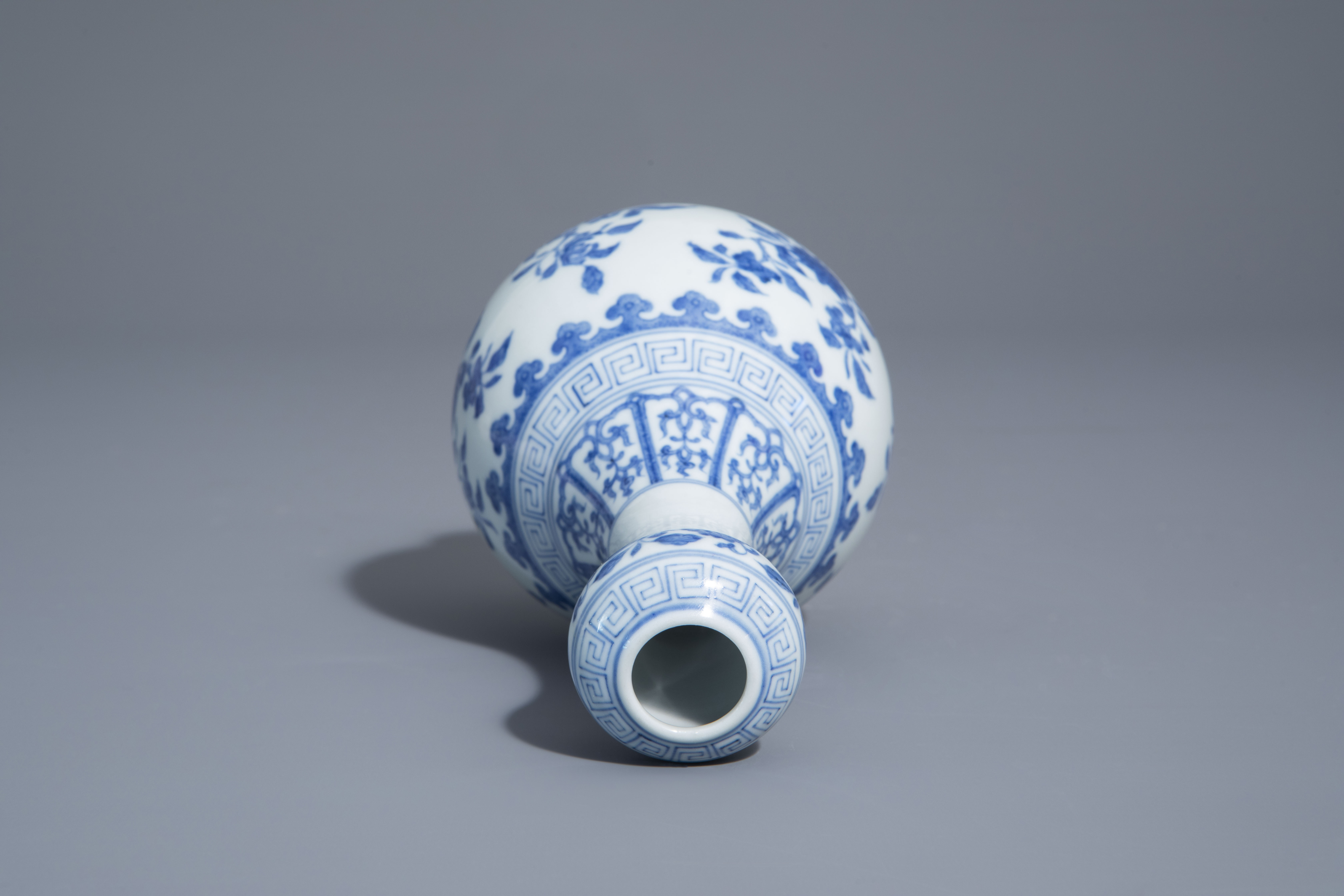 A Chinese blue and white garlic-head mouth vase with floral design, Qianlong mark, 20th C. - Image 6 of 7