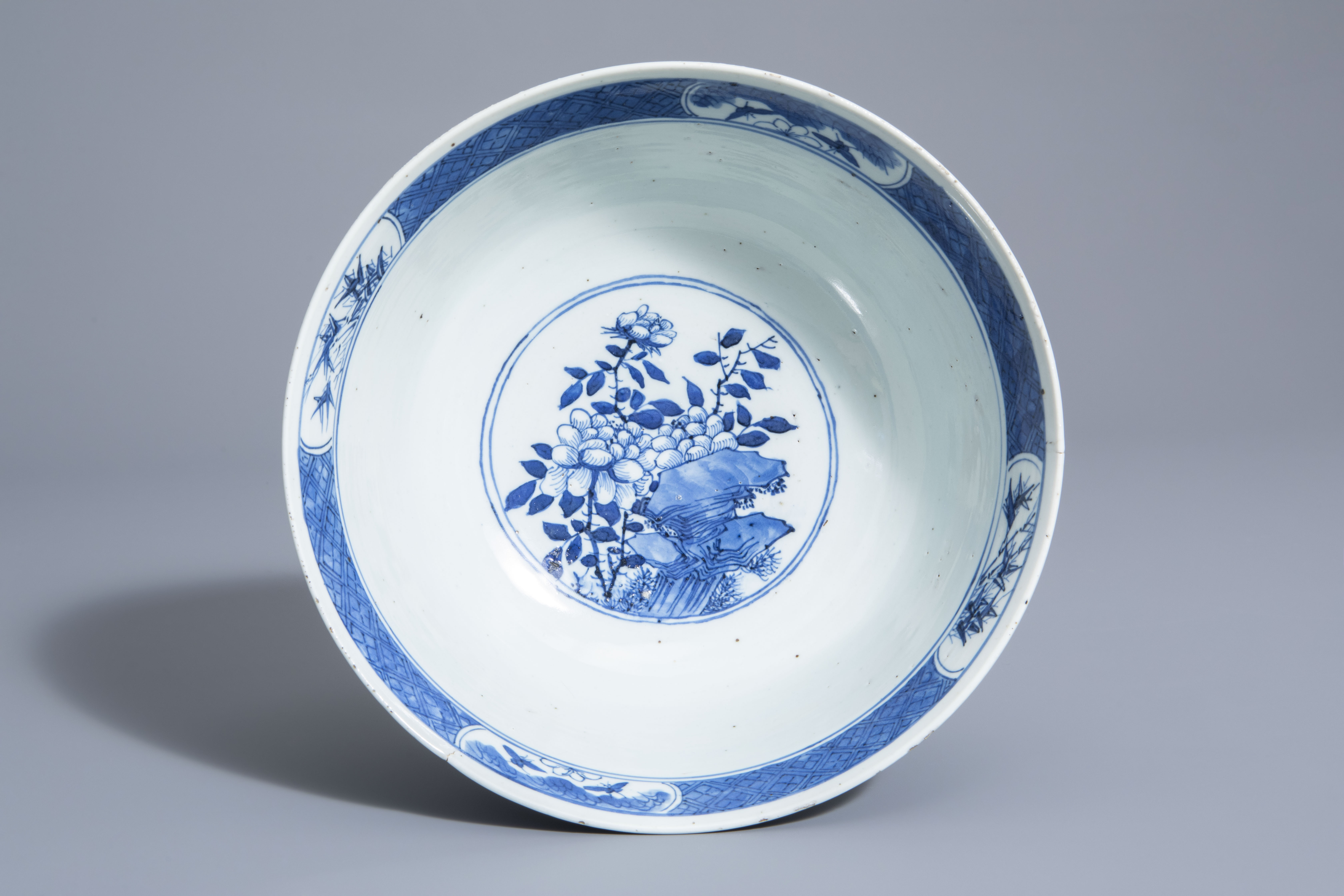 A Chinese blue and white bowl with birds and flowers, 19th C. - Image 6 of 7