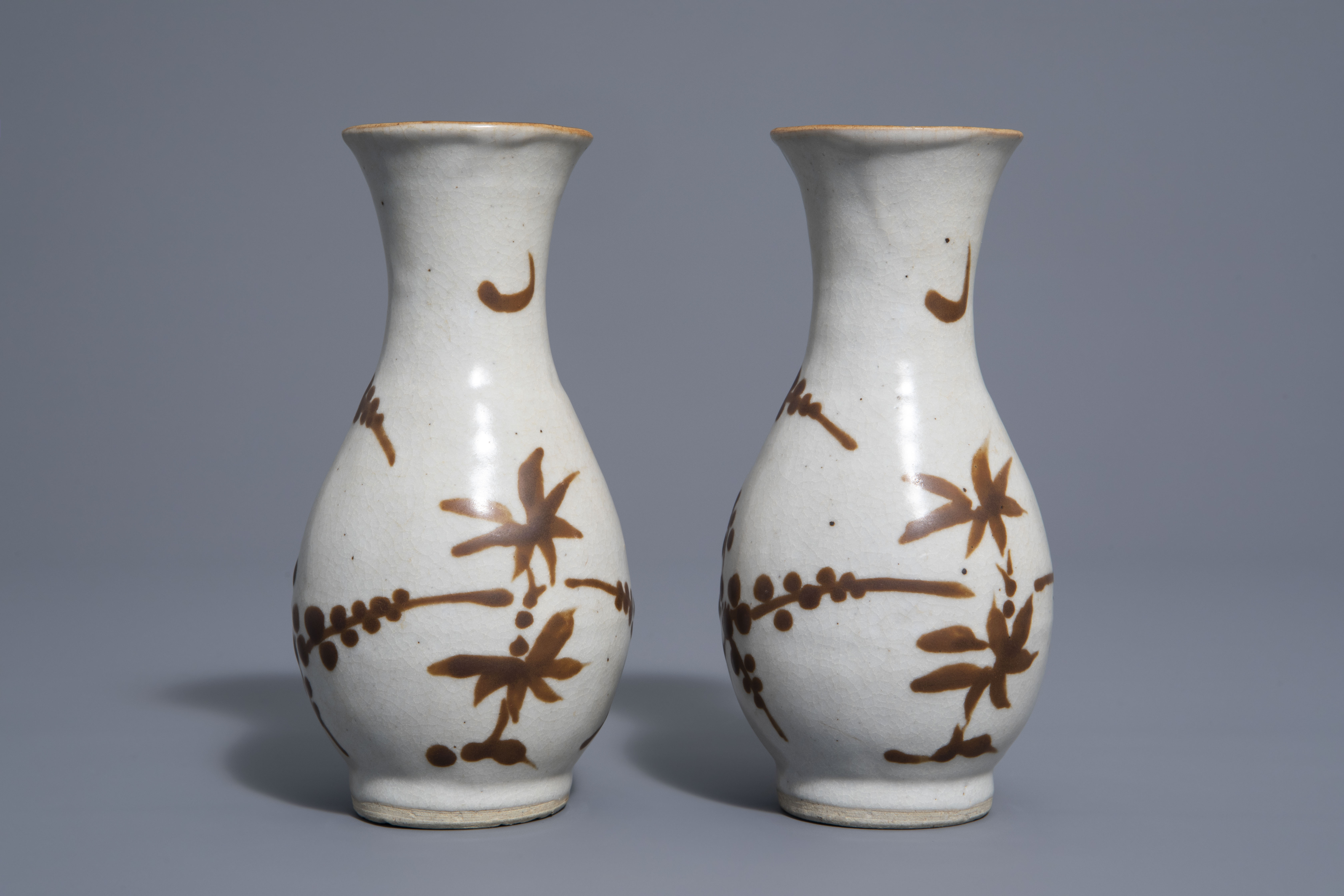 A pair of Chinese Cizhou style slip decorated vases with birds on blossoming branches, 19th C. - Image 4 of 7