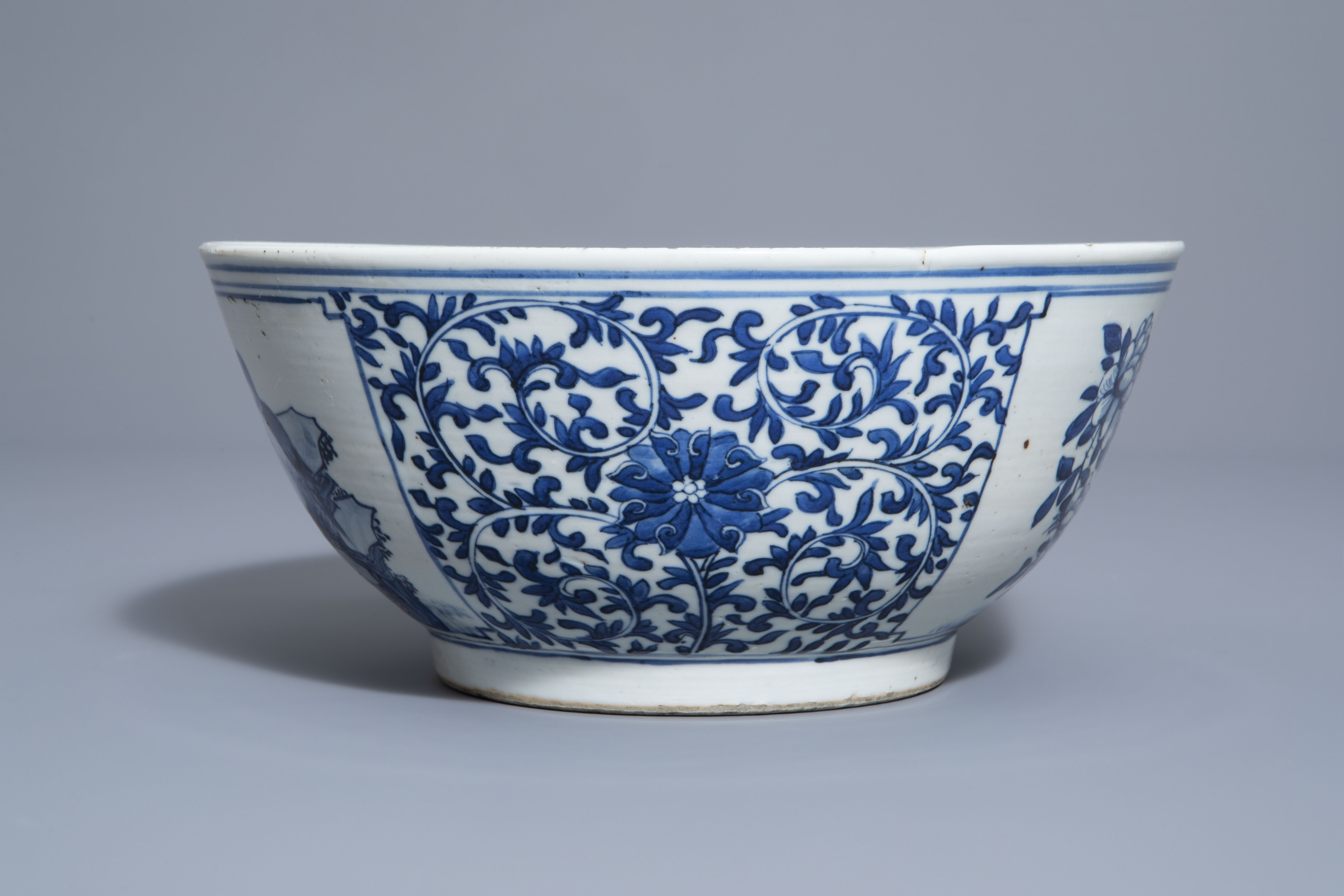 A Chinese blue and white bowl with birds and flowers, 19th C. - Image 3 of 7