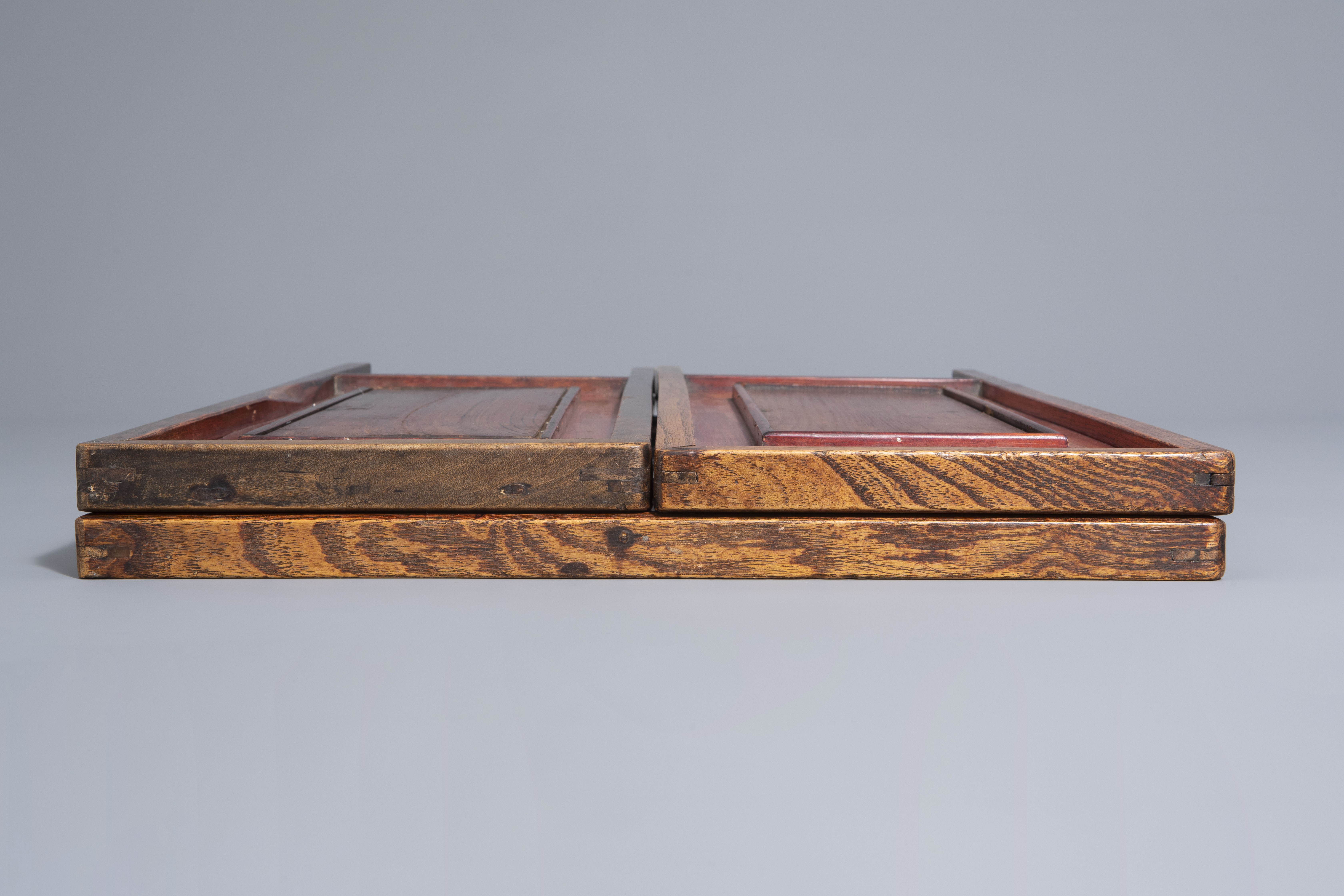 A Chinese threefold wooden screen with blue and white plaques, 19th/20th C. - Image 7 of 8