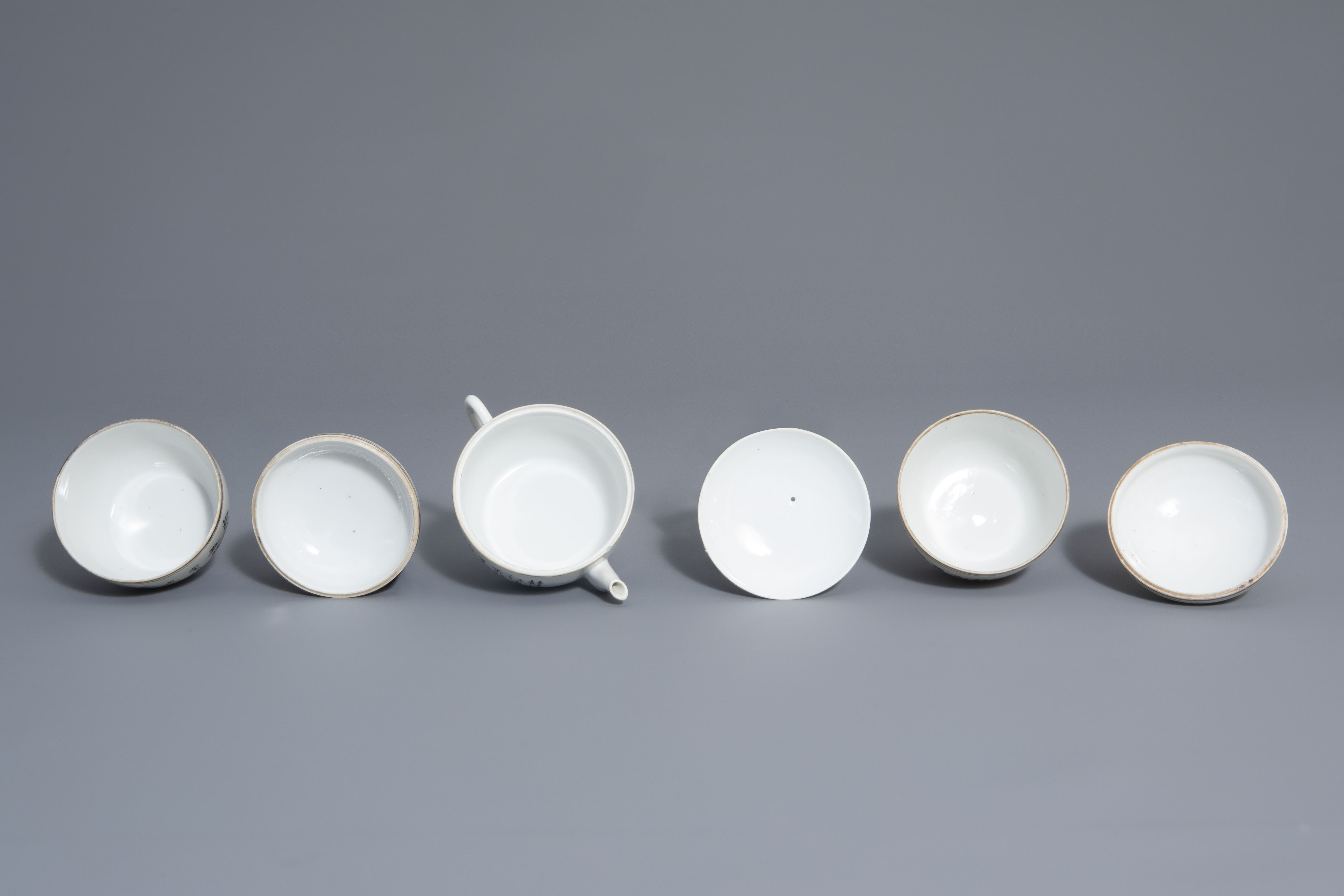 A varied collection of Chinese famille rose and blue and white porcelain, 19th/20th C. - Image 6 of 14