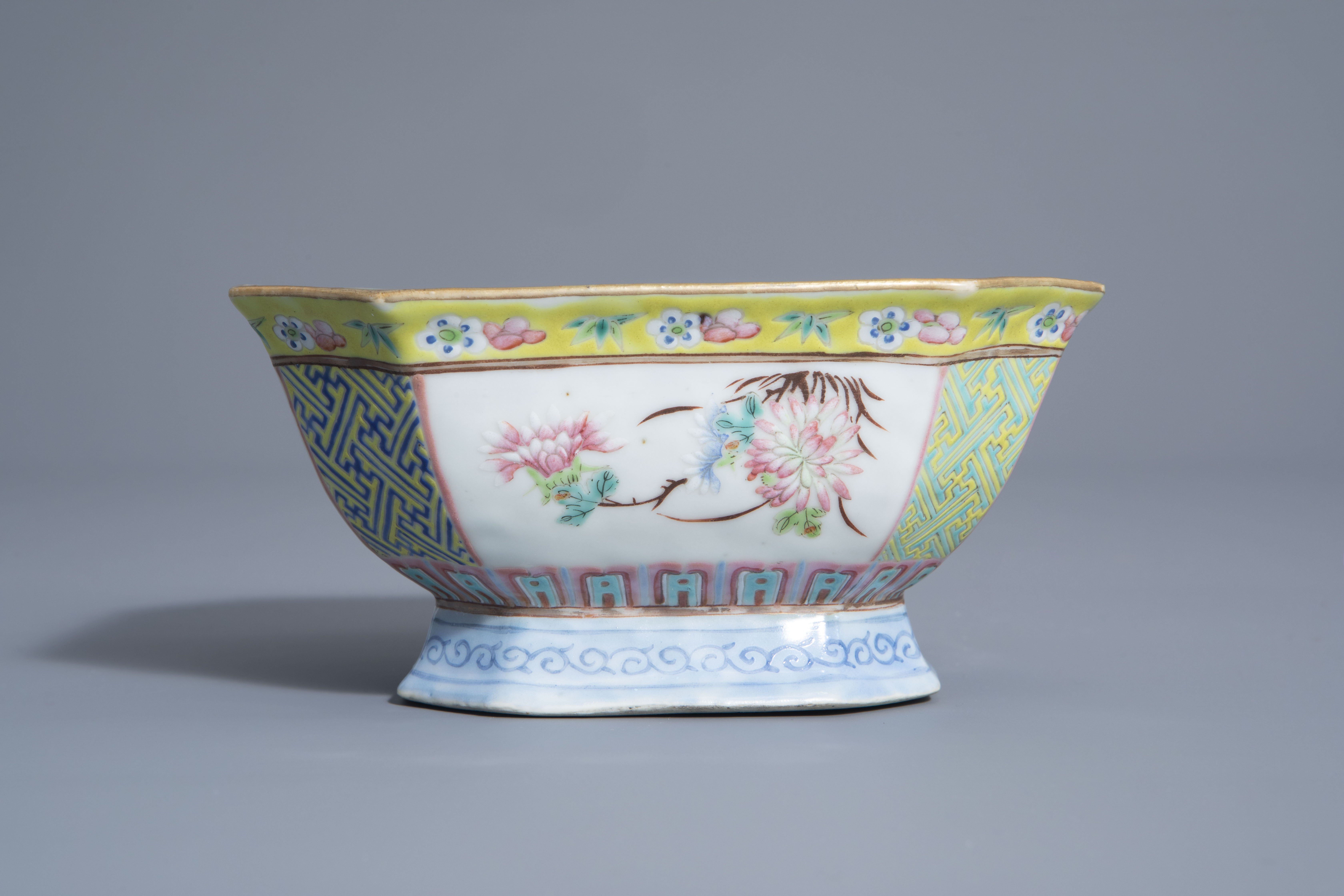A Chinese famille rose octagonal bowl with floral design, Qianlong mark, 19th C. - Image 3 of 7