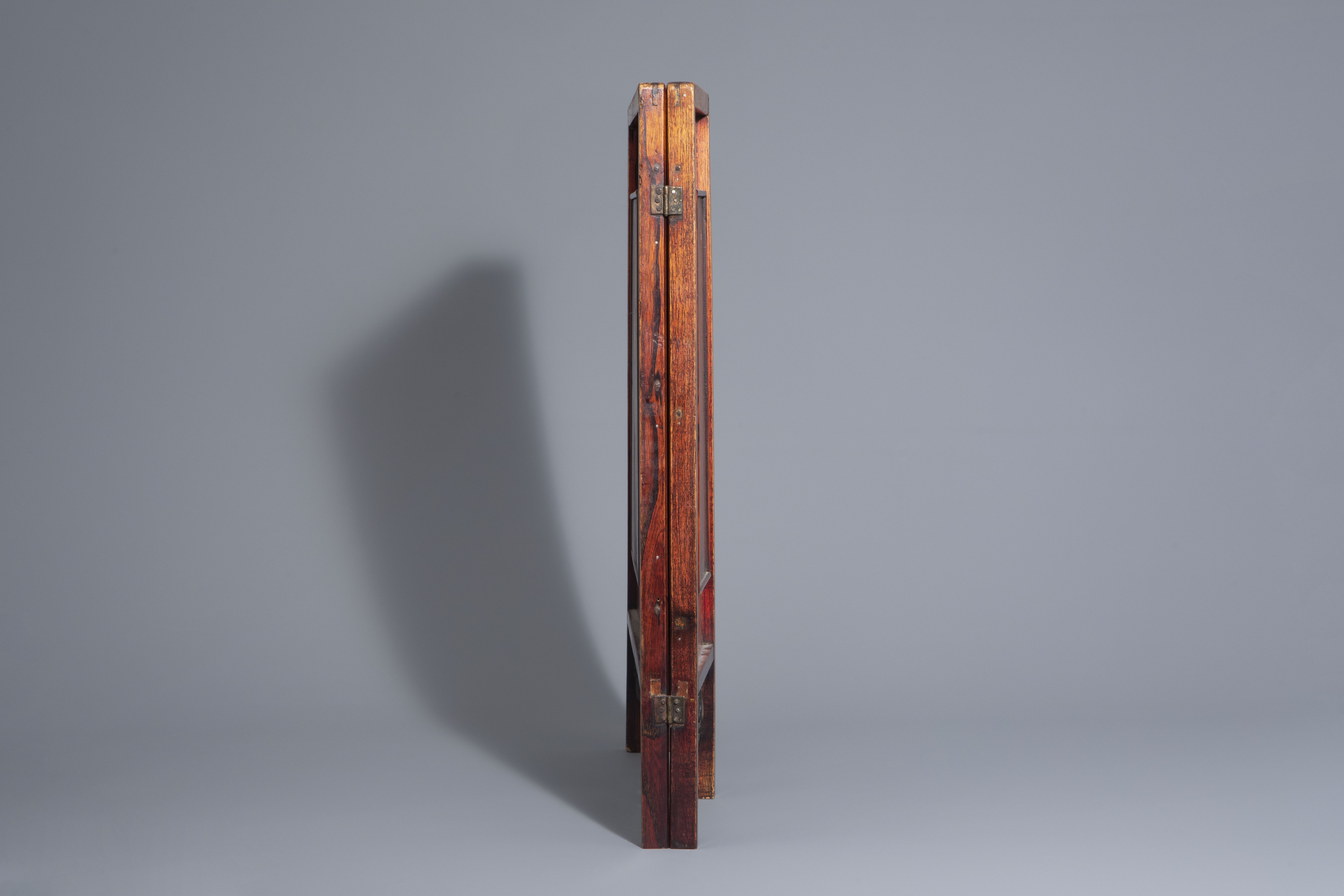 A Chinese threefold wooden screen with blue and white plaques, 19th/20th C. - Image 3 of 8