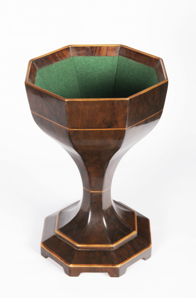 "A BIEDERMEIER ""SPUCKNAPF"" SPITTOON Ca. 1830 Austria Vídeò Walnut and maple wood 34 cm This faceted - Bild 2 aus 2"