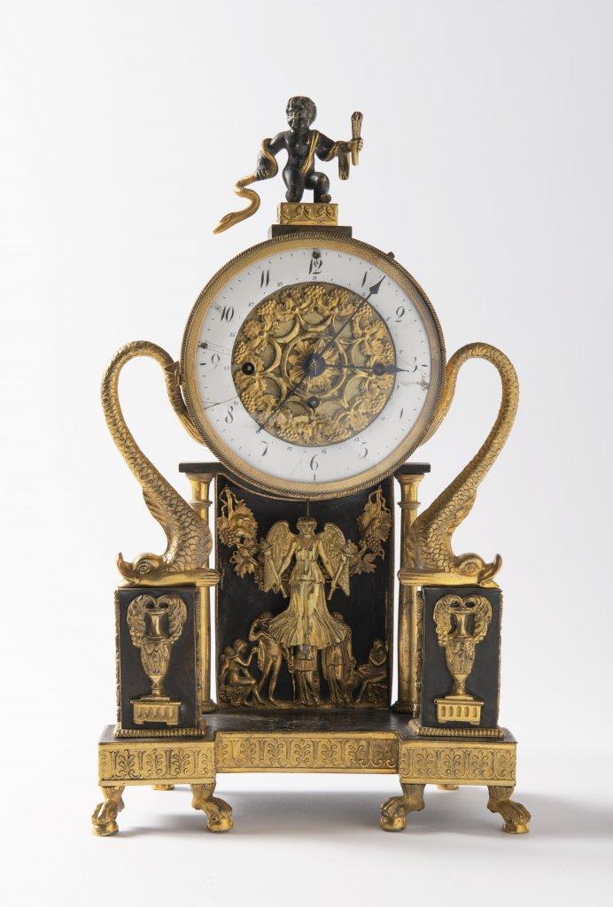A VIENNESE EMPIRE TABLE CLOCK Ca. 1820 Austria Vídeò Gilt bronze 34 x 20 x 10 cm The elegant clock